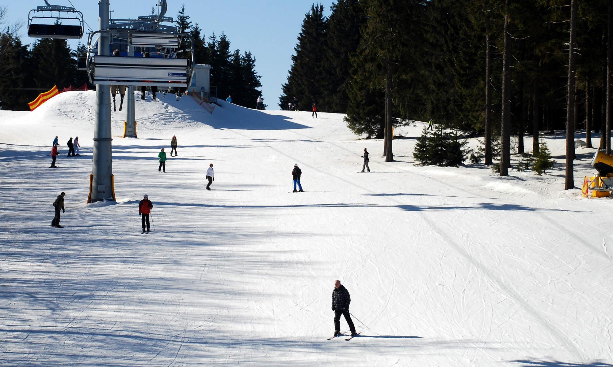 Skifahrer üben das Skifahren auf den blauen Pisten in Winterberg.