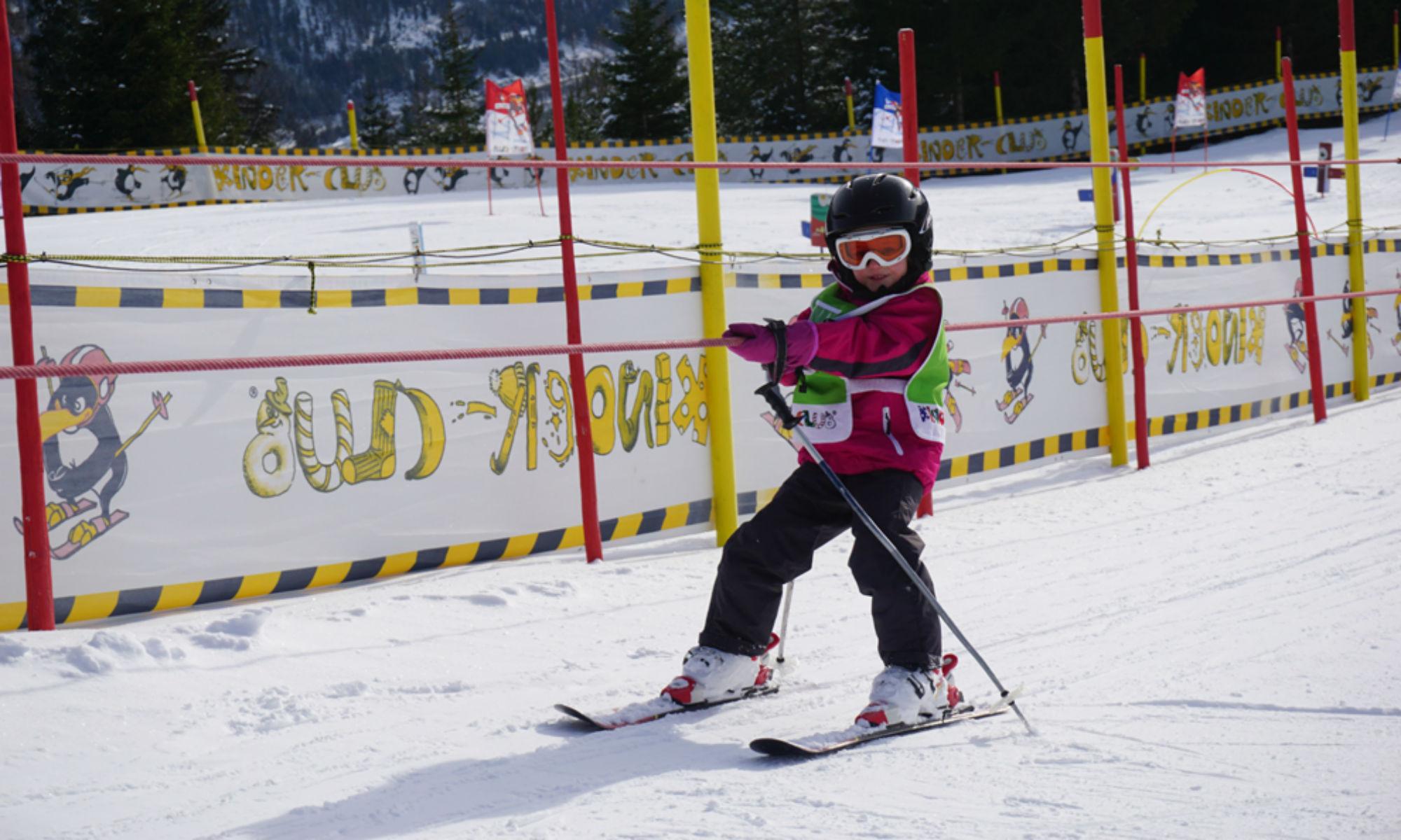 Ein Kind lernt das Skifahren am Babylift in Christlum-Achenkirch.