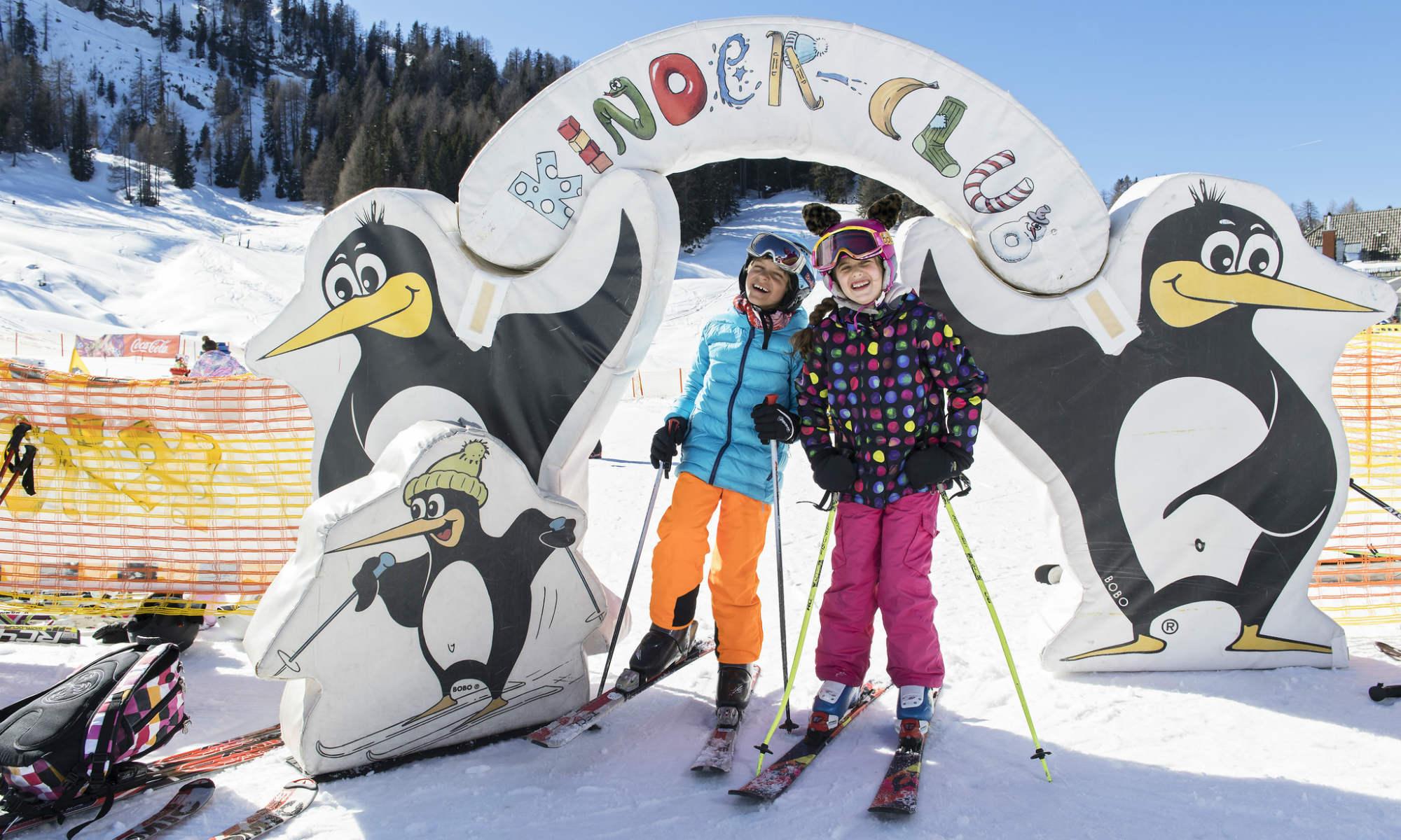 2 Kinder vor dem Eingang zum Kinder-Club Übungsgelände im Skigebiet Nassfeld.