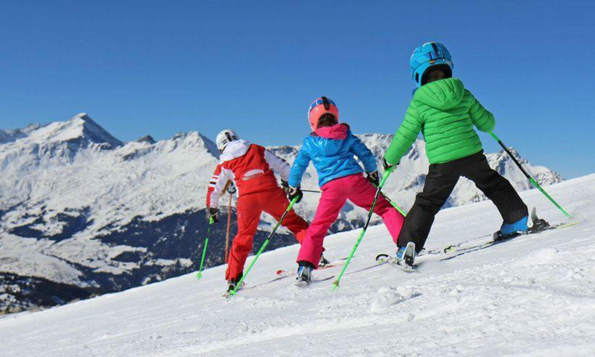 Ein Skilehrer übt mit 2 Kindern den Pflug im Skigebiet Nauders.