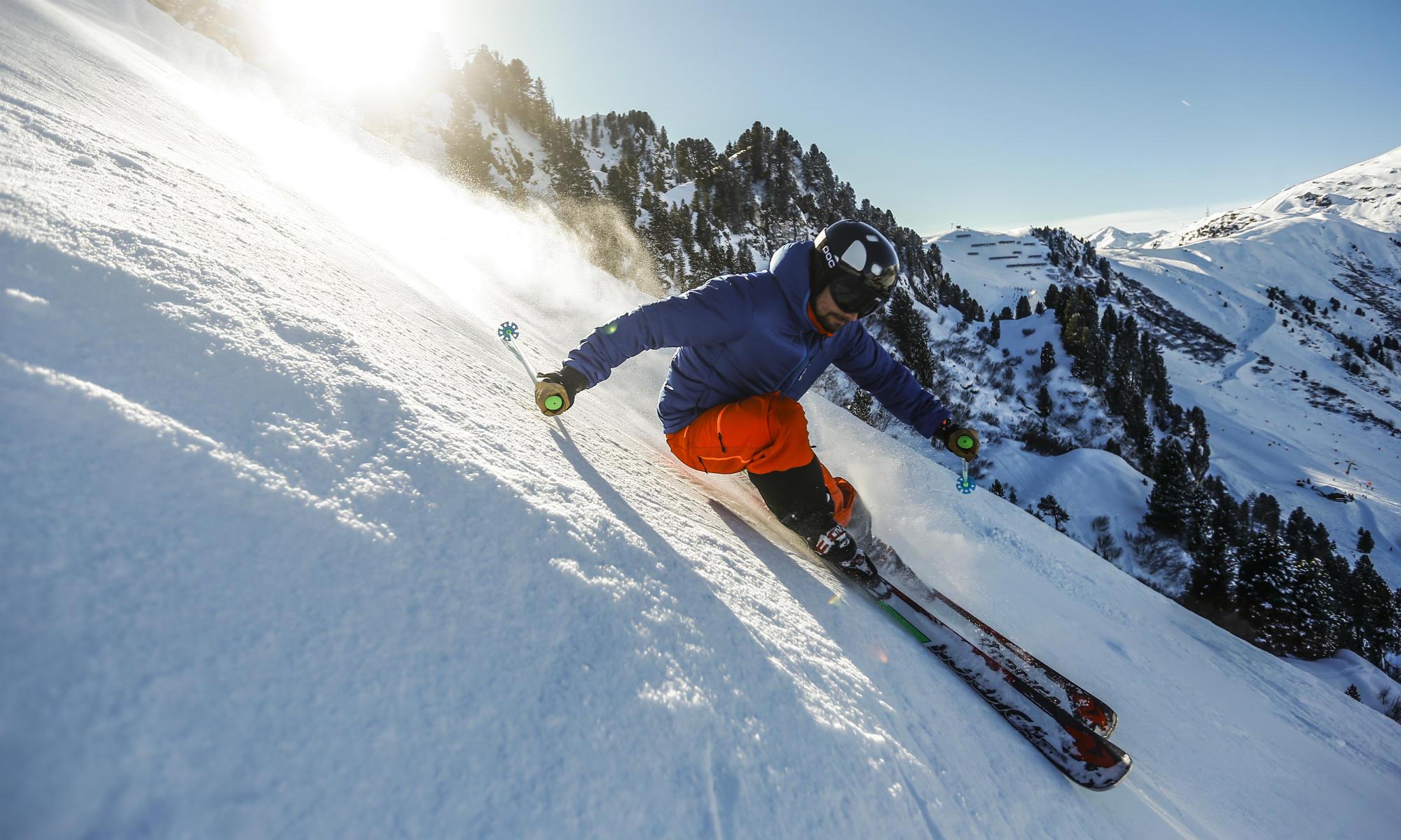 Ein Skifahrer auf der extrem steilen Harakiri-Abfahrt in Mayrhofen.