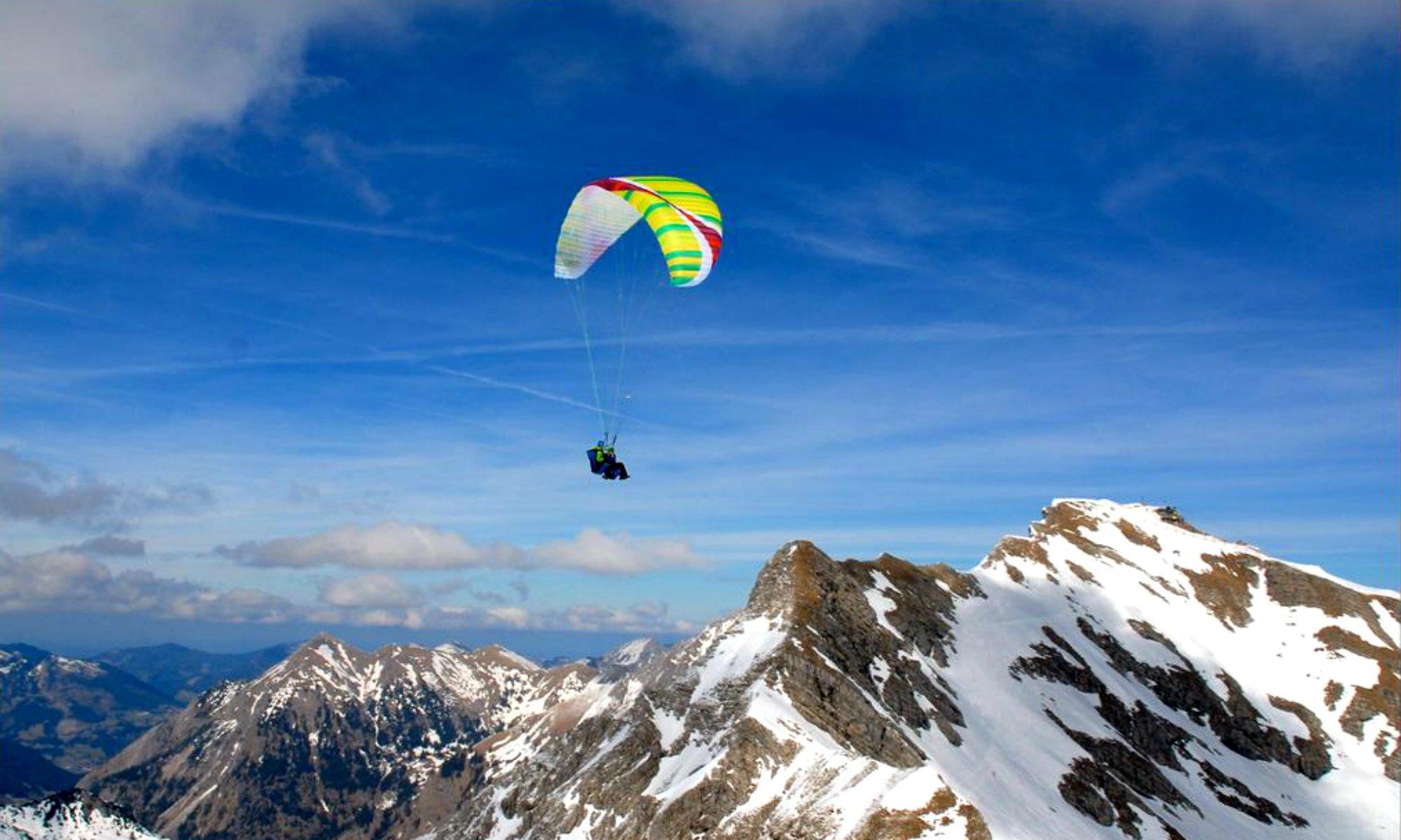 Ein Gleitschirmflug über den Oberstdorfer Bergen in Bayern.