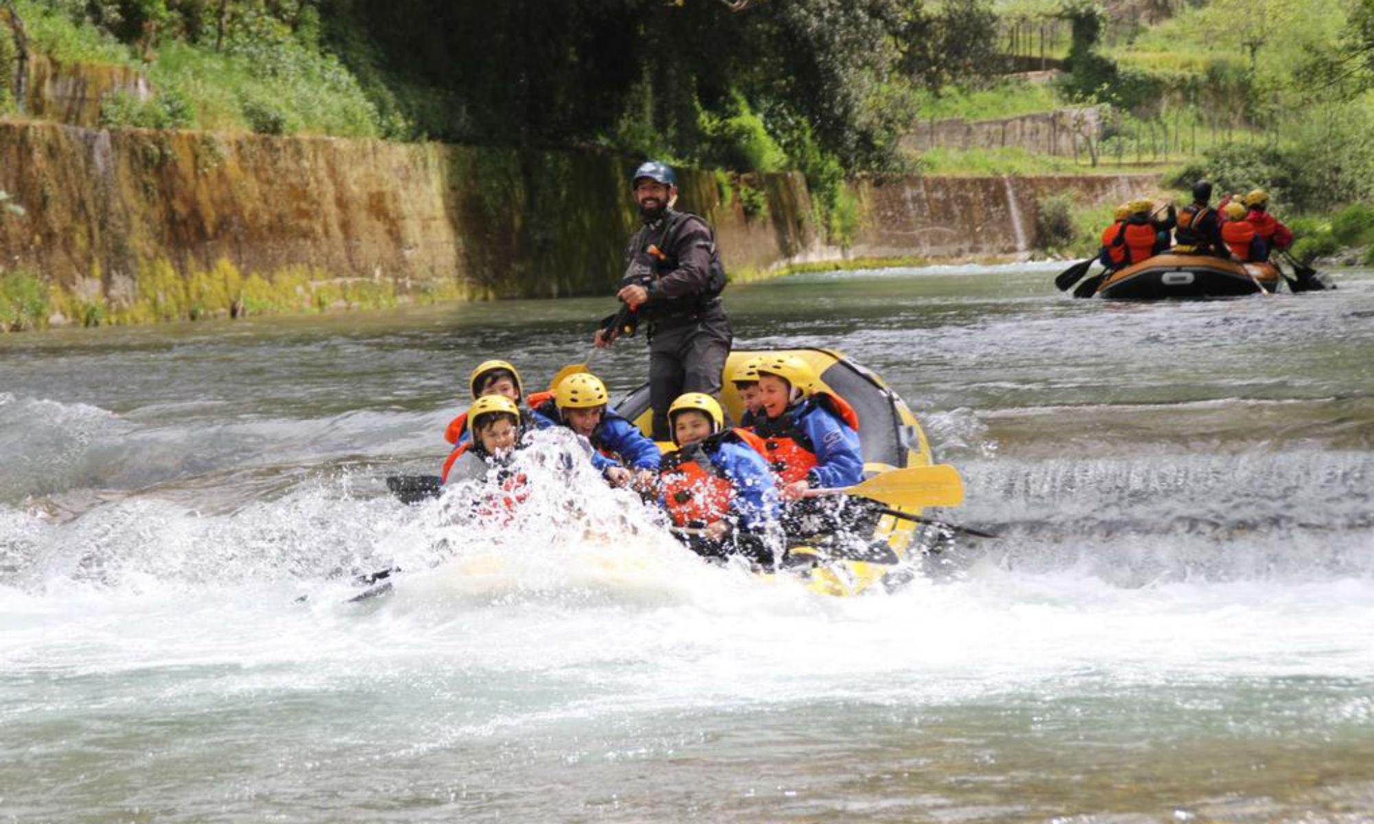 Dei ragazzi affrontano una breve rapida sul fiume Lao.
