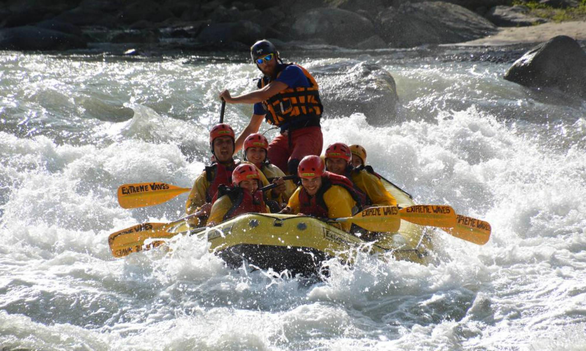 L'equipaggio si diverte ad affrontare l'acqua bianca del fiume Noce.