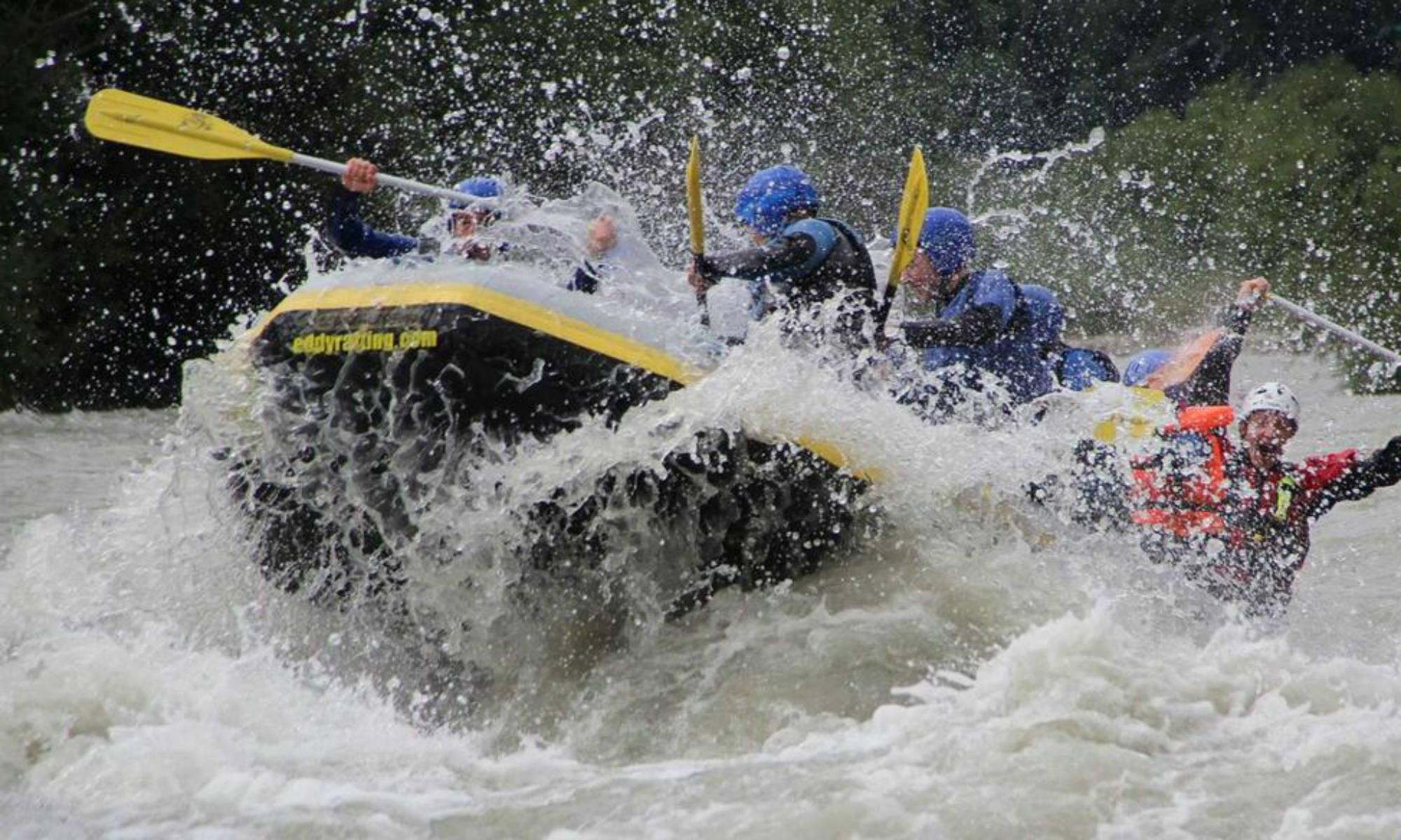 L'equipaggio sta affrontando l'acqua potente dell'Ötztaler Ache in Austria.