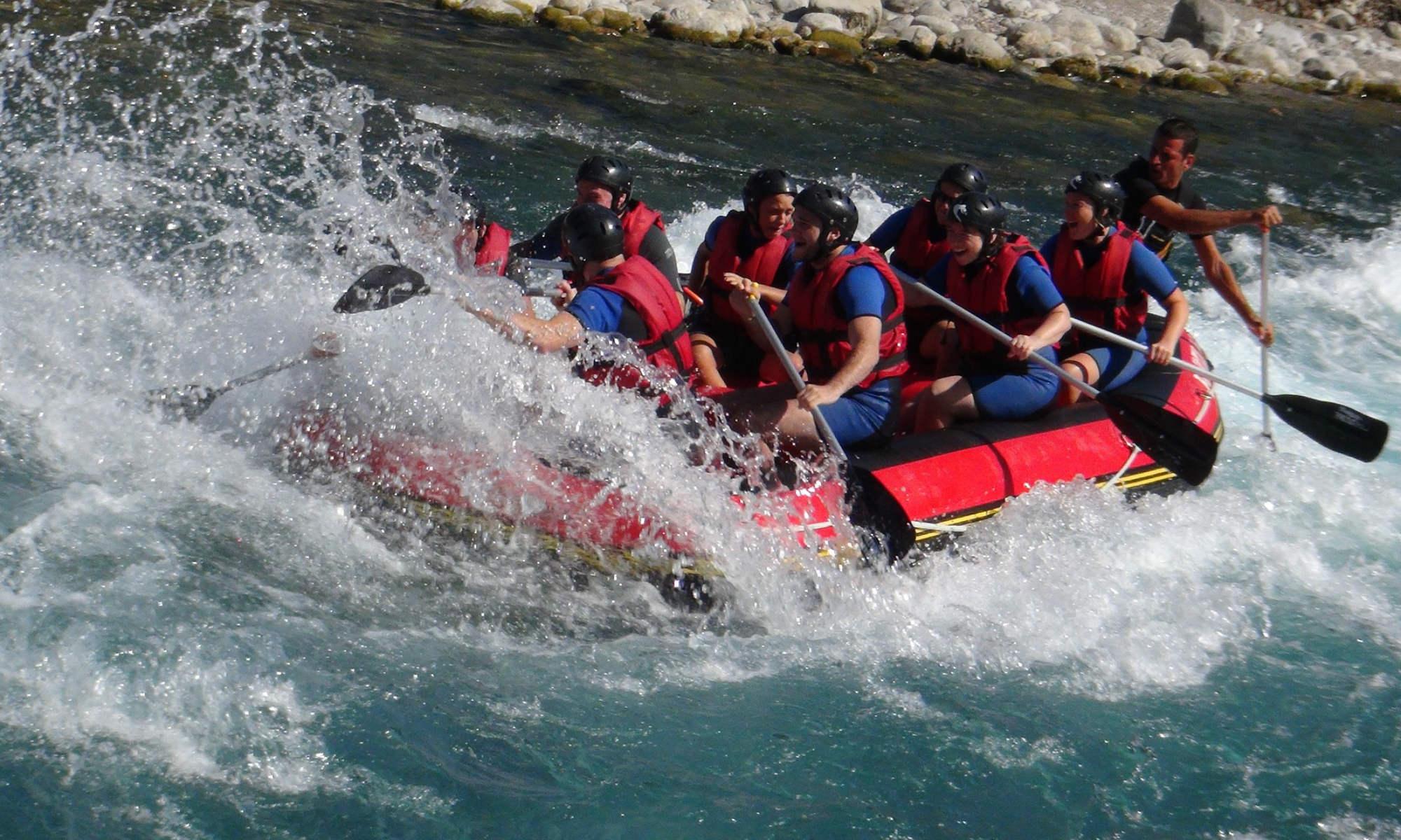 Un gruppo scende il fiume su un raft.