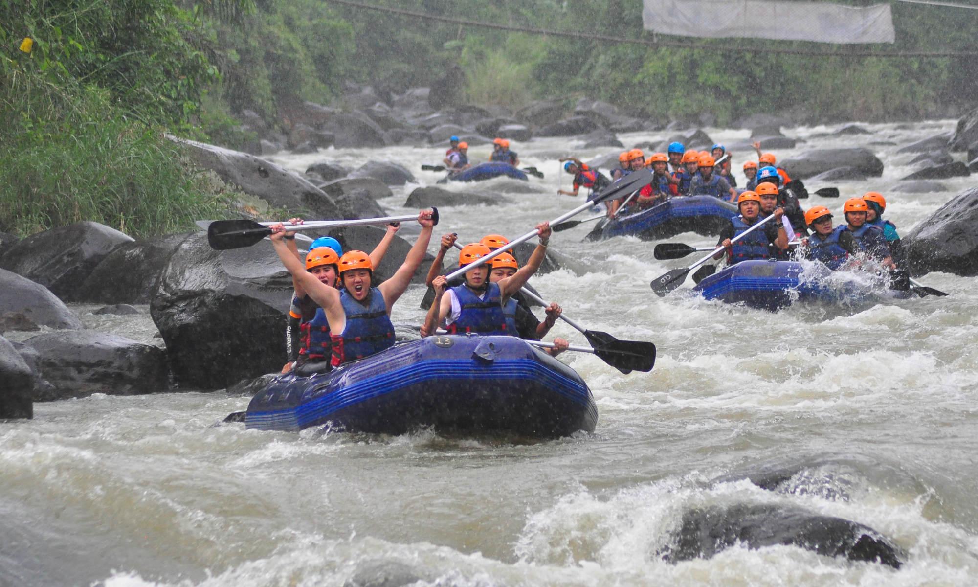 Nonostante la fitta pioggia il gruppo fa rafting e si diverte.