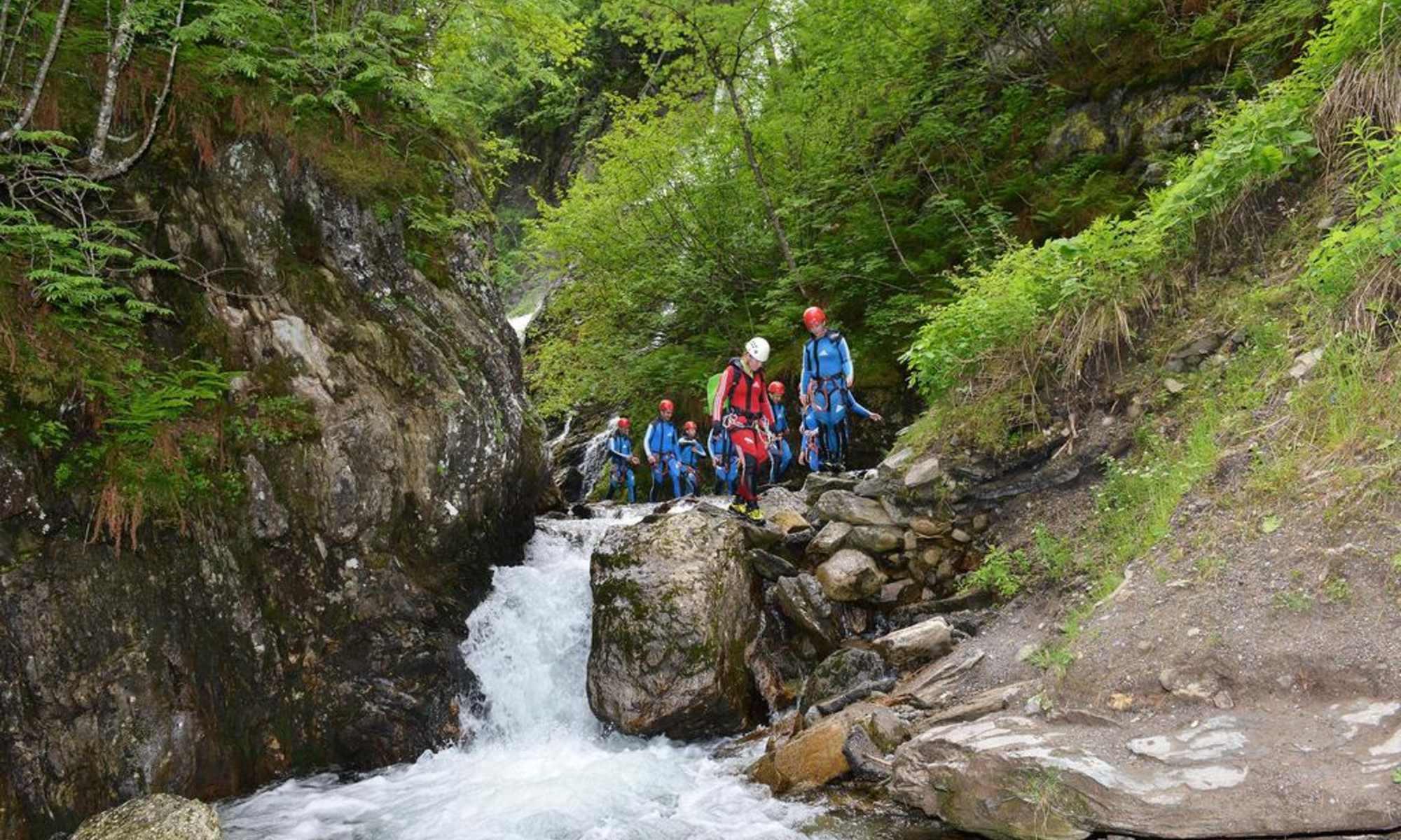 Un gruppo procede lungo il torrente mentre fa canyoning in Austria.