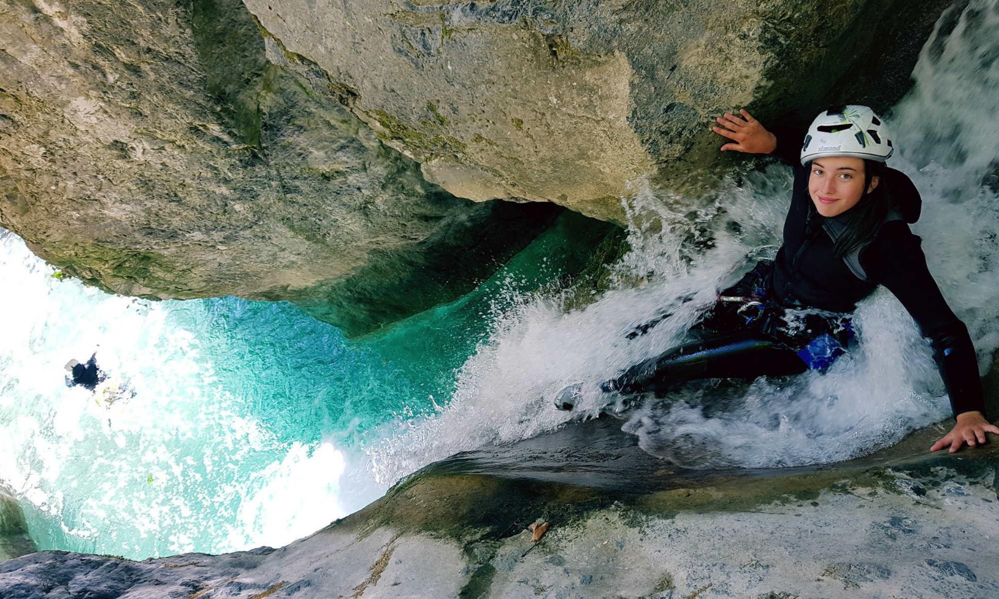 Una bambina si prepara per un toboga durante un'escursione di canyoning in Francia.