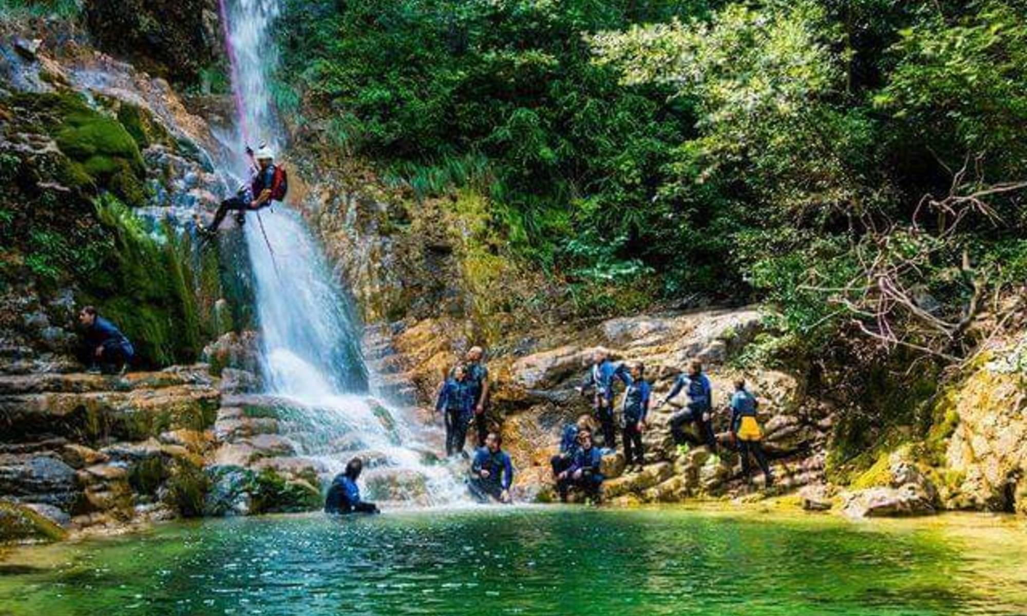 Un gruppo si è appena calato da una cascata durante il canyoning in Grecia.