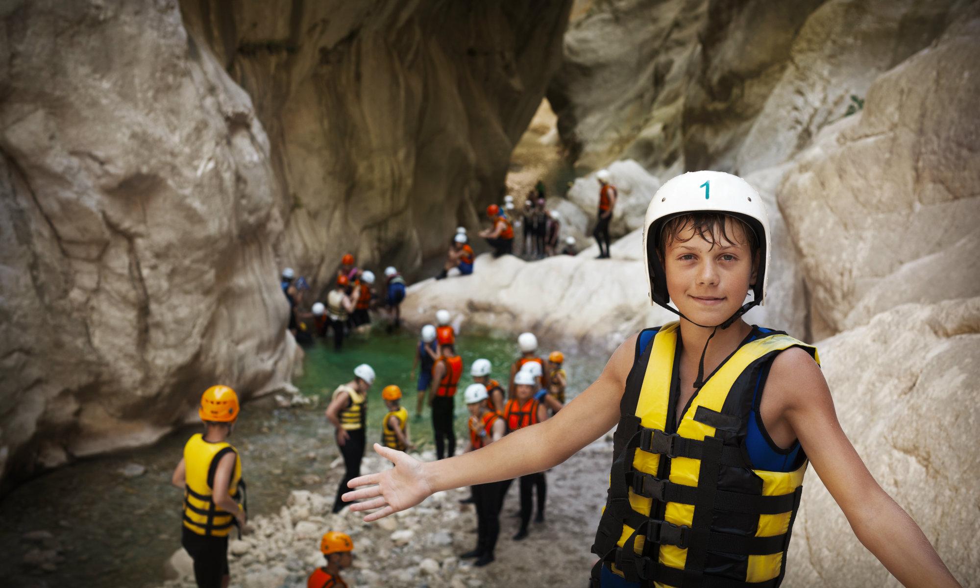 Kinder nehmen an einer Einsteiger Tour teil.