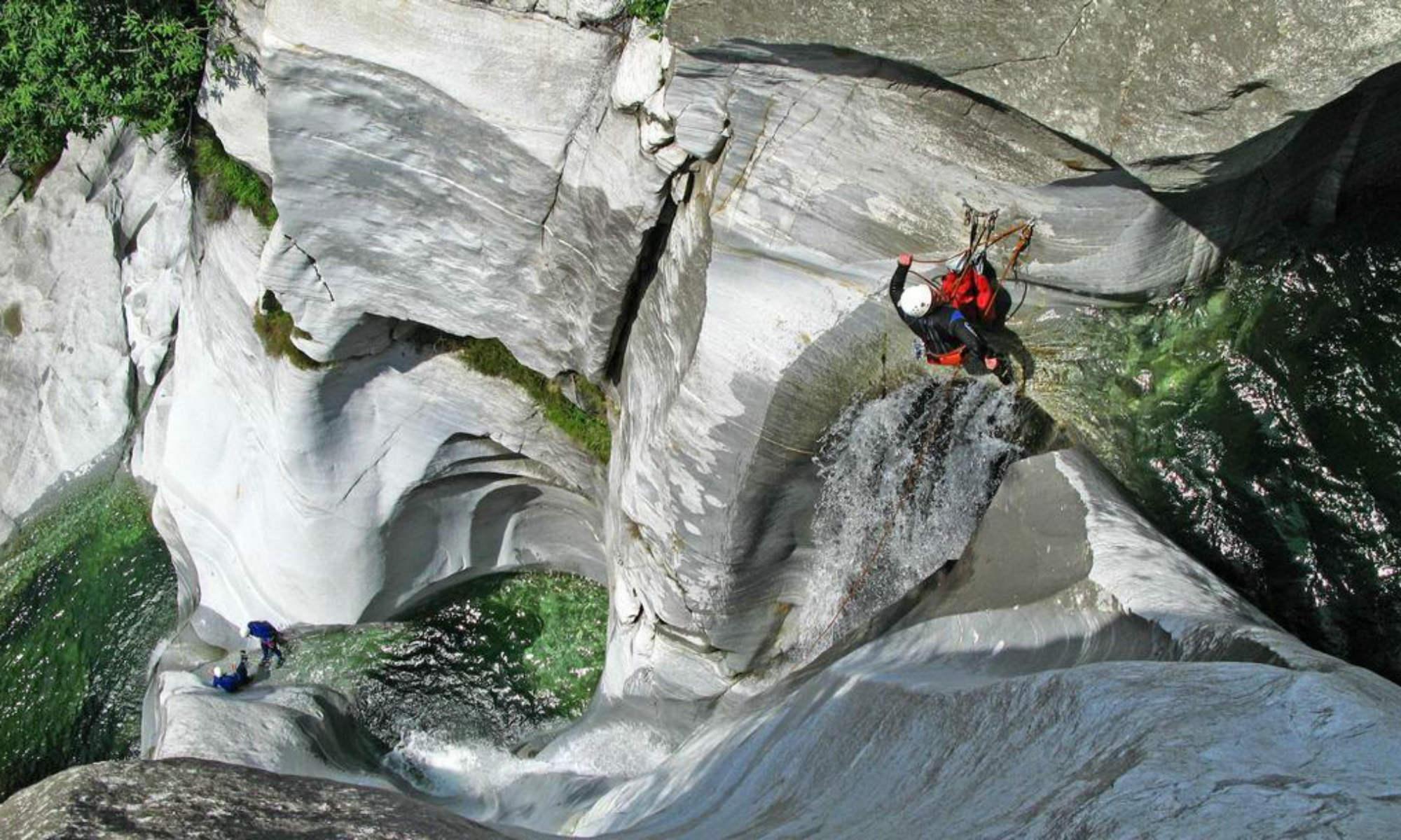 Ein Kletterer seilt sich beim Canyoning in Boggera Schlucht ab.