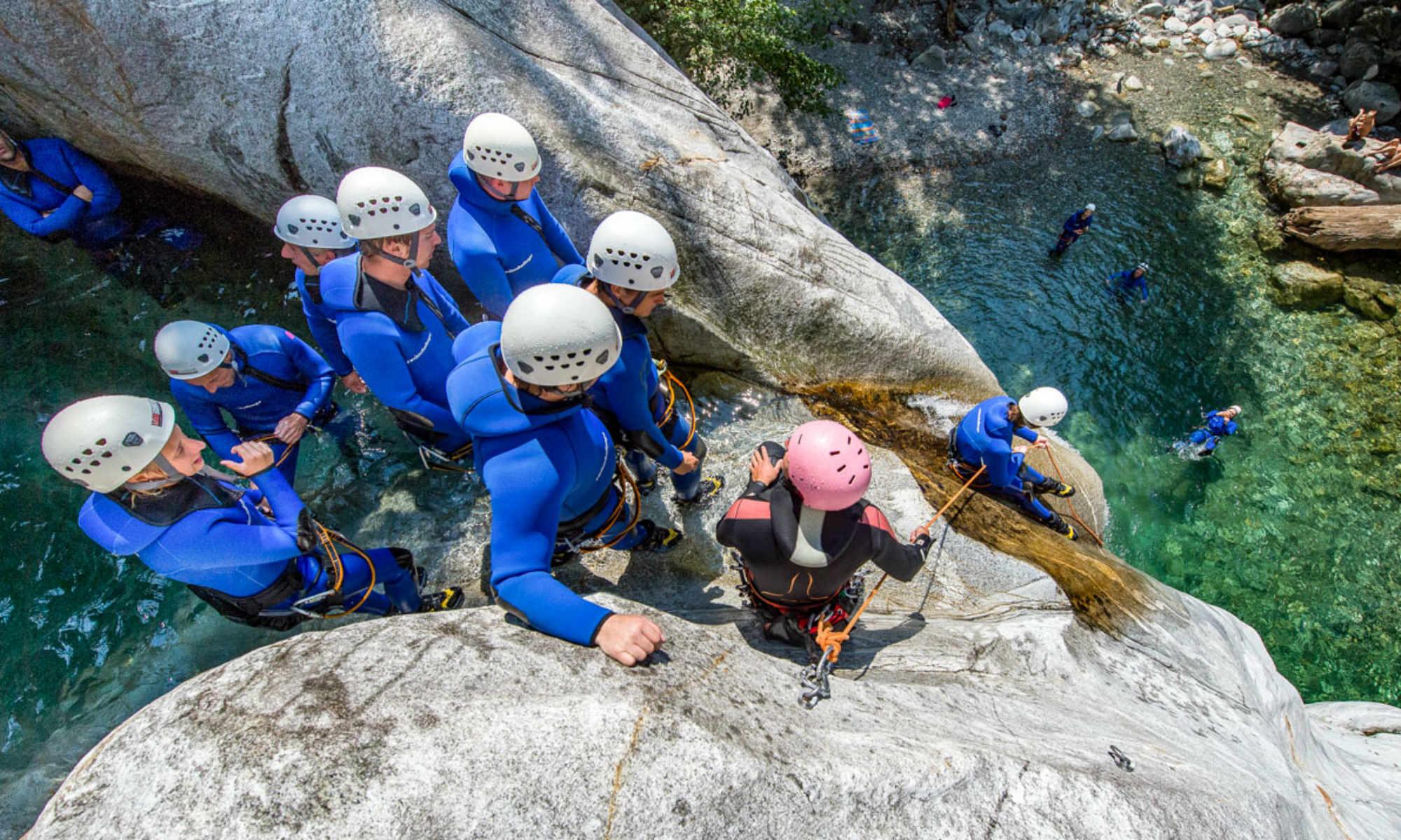 Un gruppo si appresta a fare una calata durante un'escursione di canyoning in Svizzera.