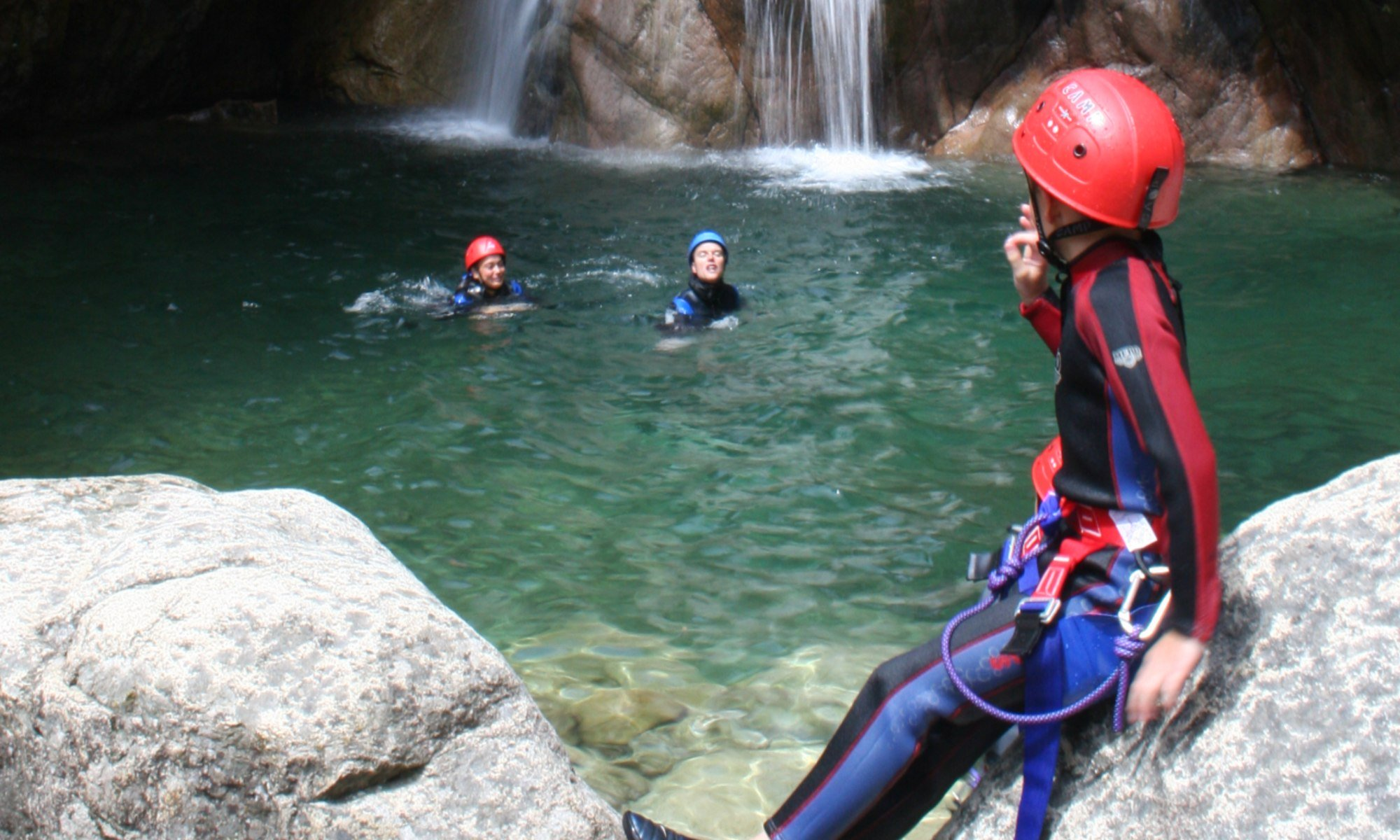 3 bambini durante un'escursione di canyoning.