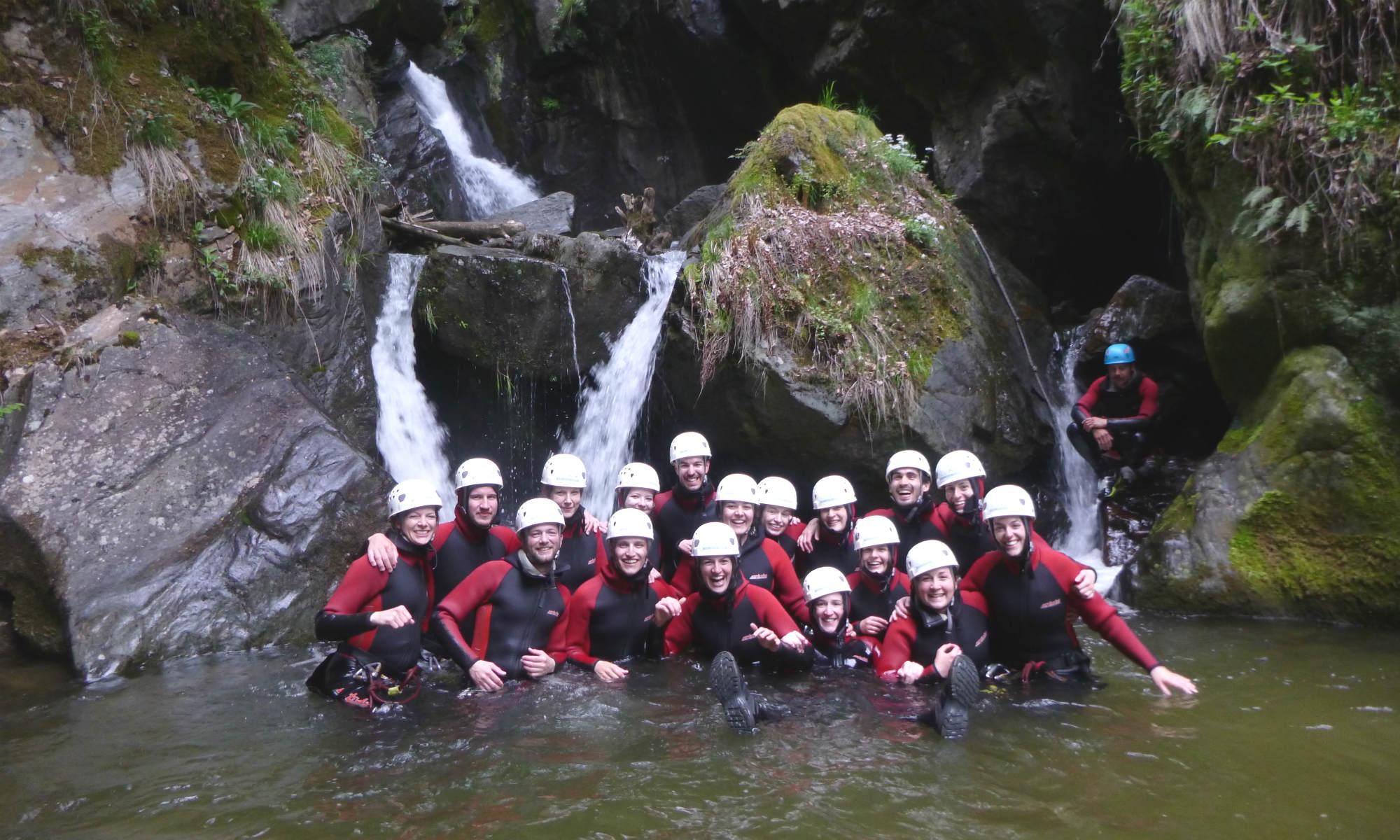 Un gruppo di principianti durante un'escursione di canyoning.