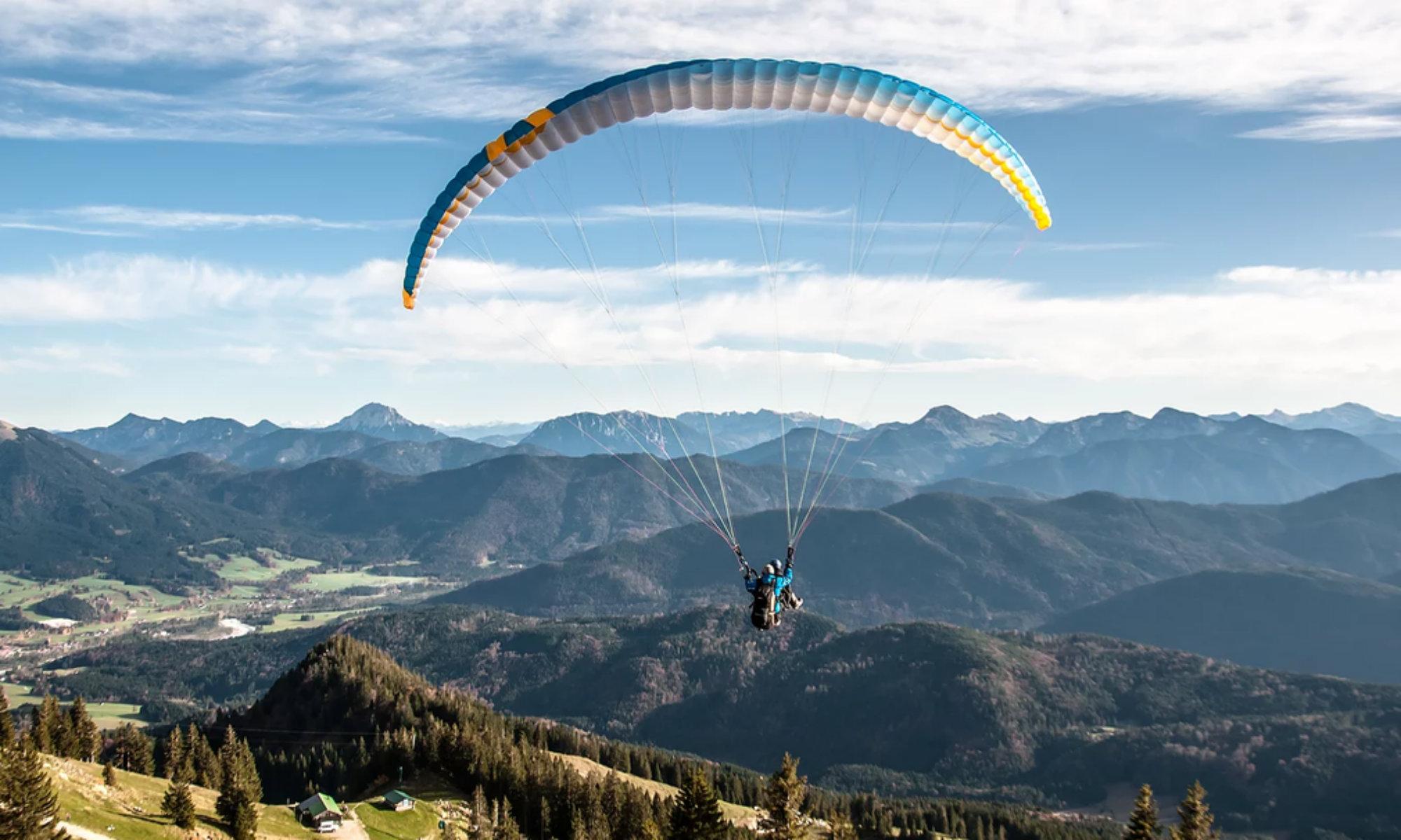 Ein Tandemflug mit dem Bergpanorama Bayerns im Hintergrund.