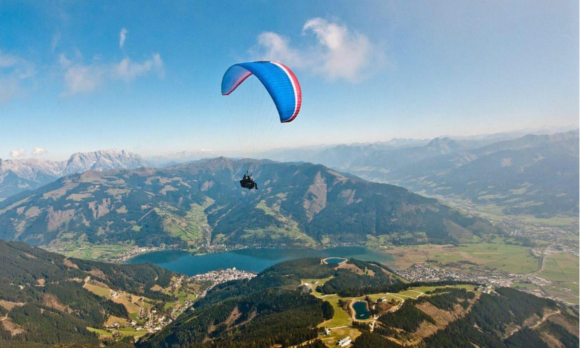 Ein Tandemflug mit Blick auf die Kitzbüheler Alpen - im Hintergrund liegt der Zeller See.