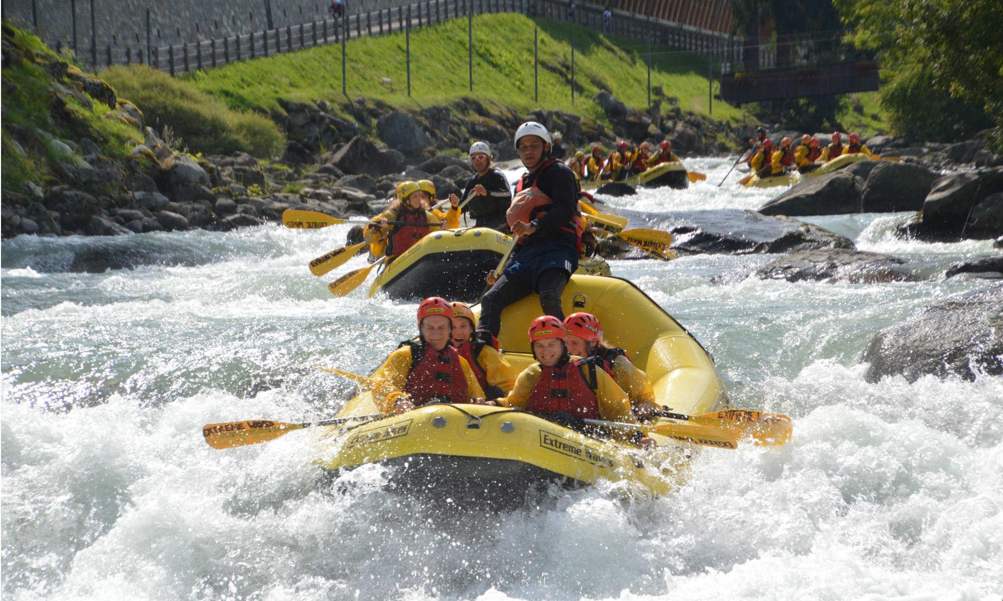 Un gruppo sta facendo rafting in Val di Sole sul Noce.