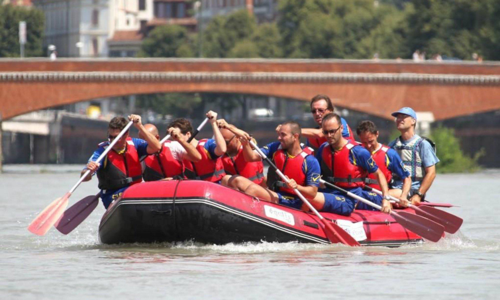 Un gruppo fa rafting sull'Adige.