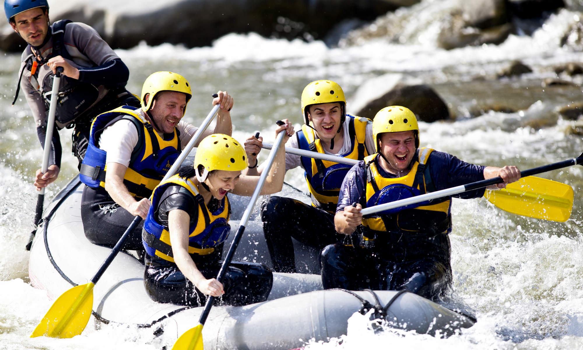 Eine Gruppe bei einer Rafting Tour.