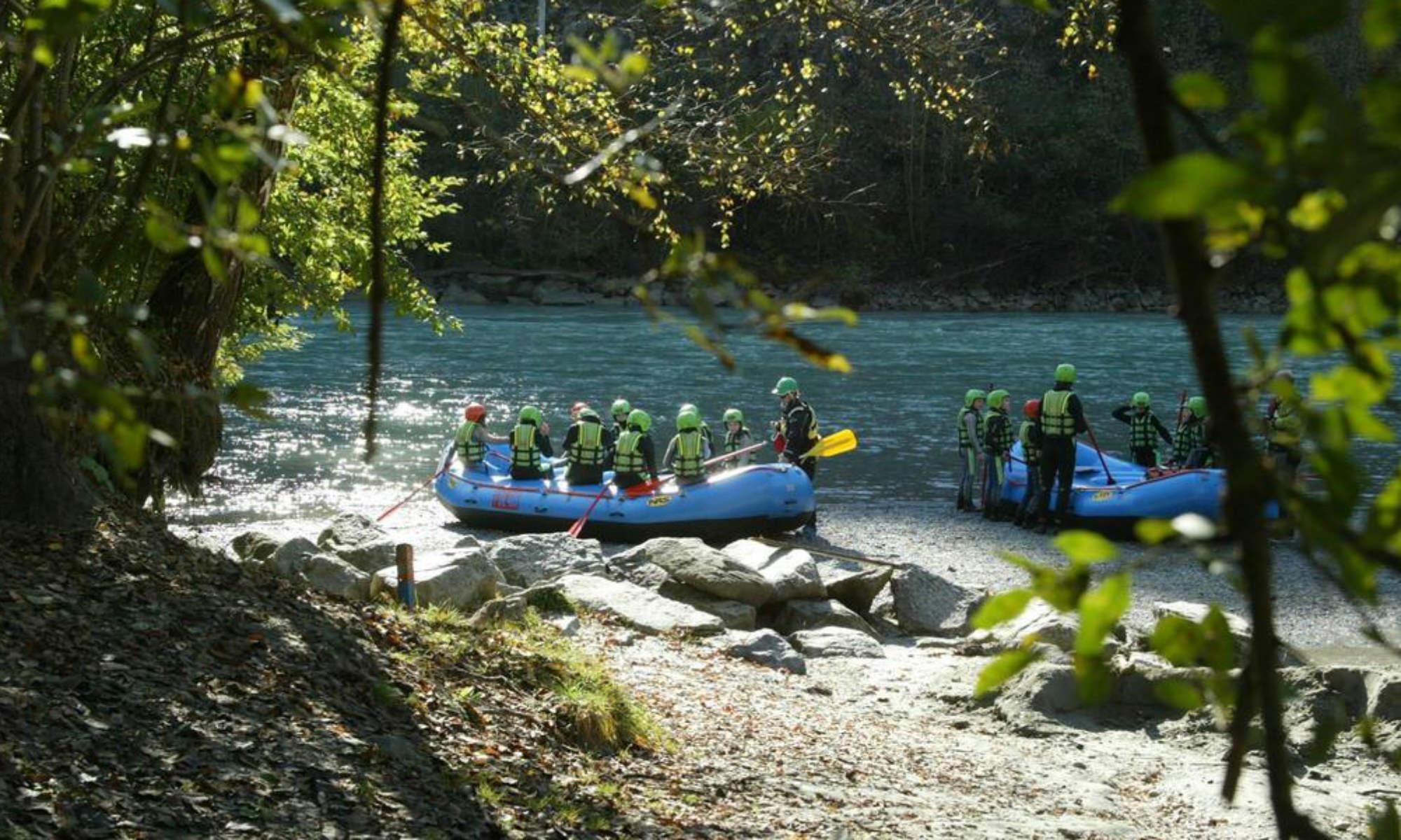 Due gommoni si apprestano a scendere il fiume.