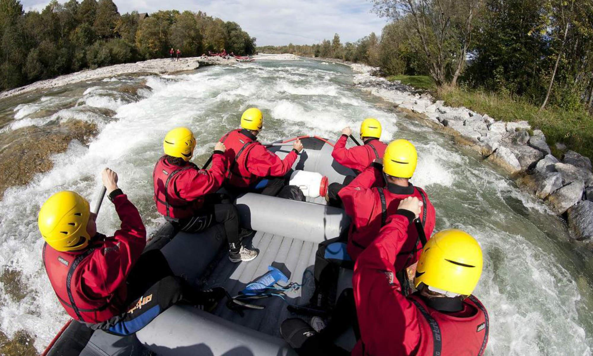 Eine Gruppe beim Rafting in Bayern auf der Isar.