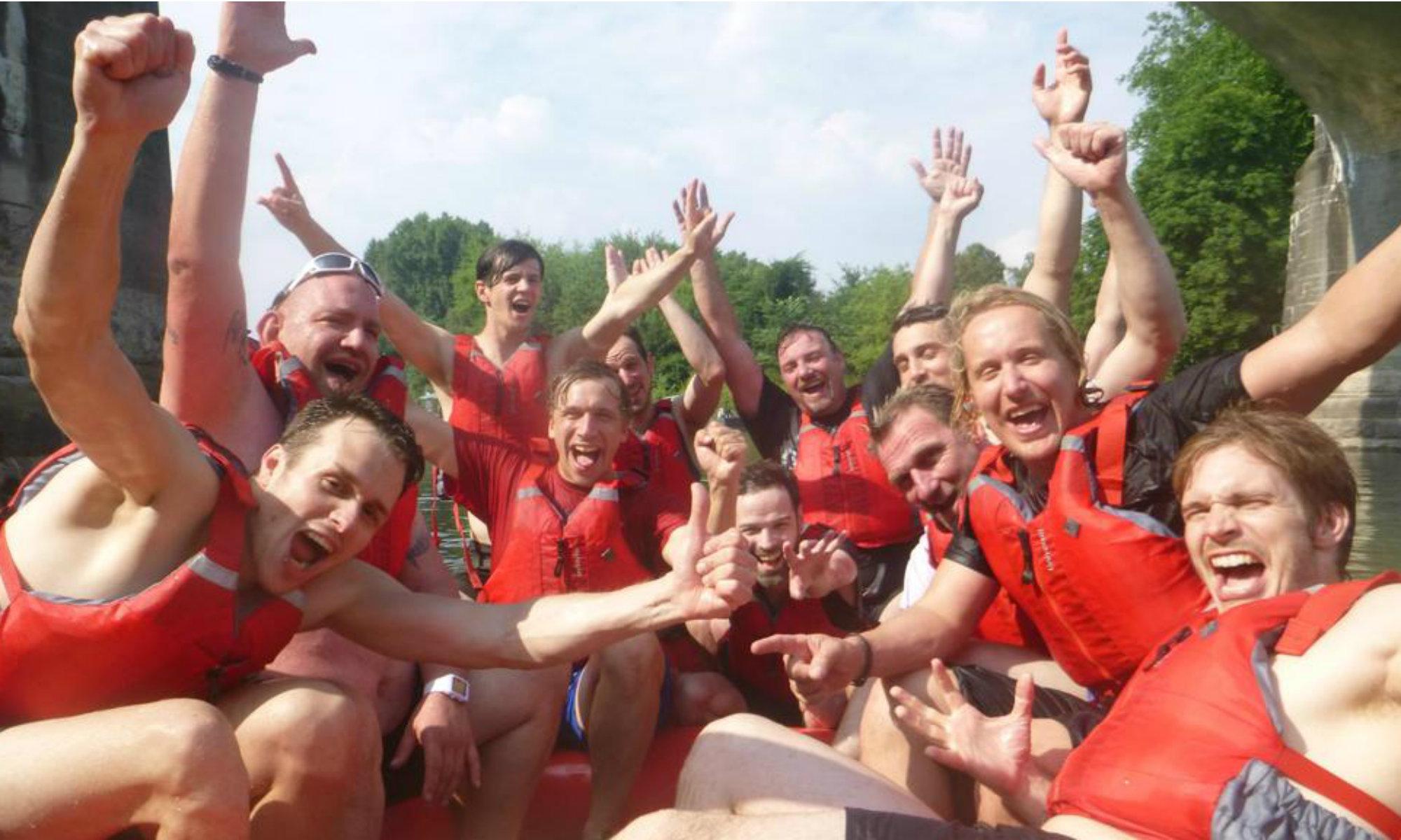 Glückliche Leute beim Rafting auf dem Rhein in NRW.