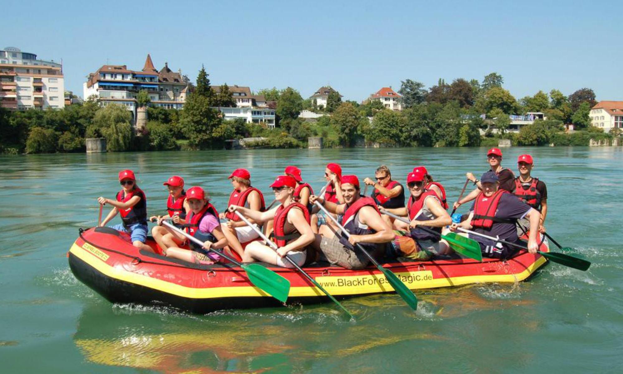 Eine große Gruppe beim Familien Rafting im Schwarzwald.