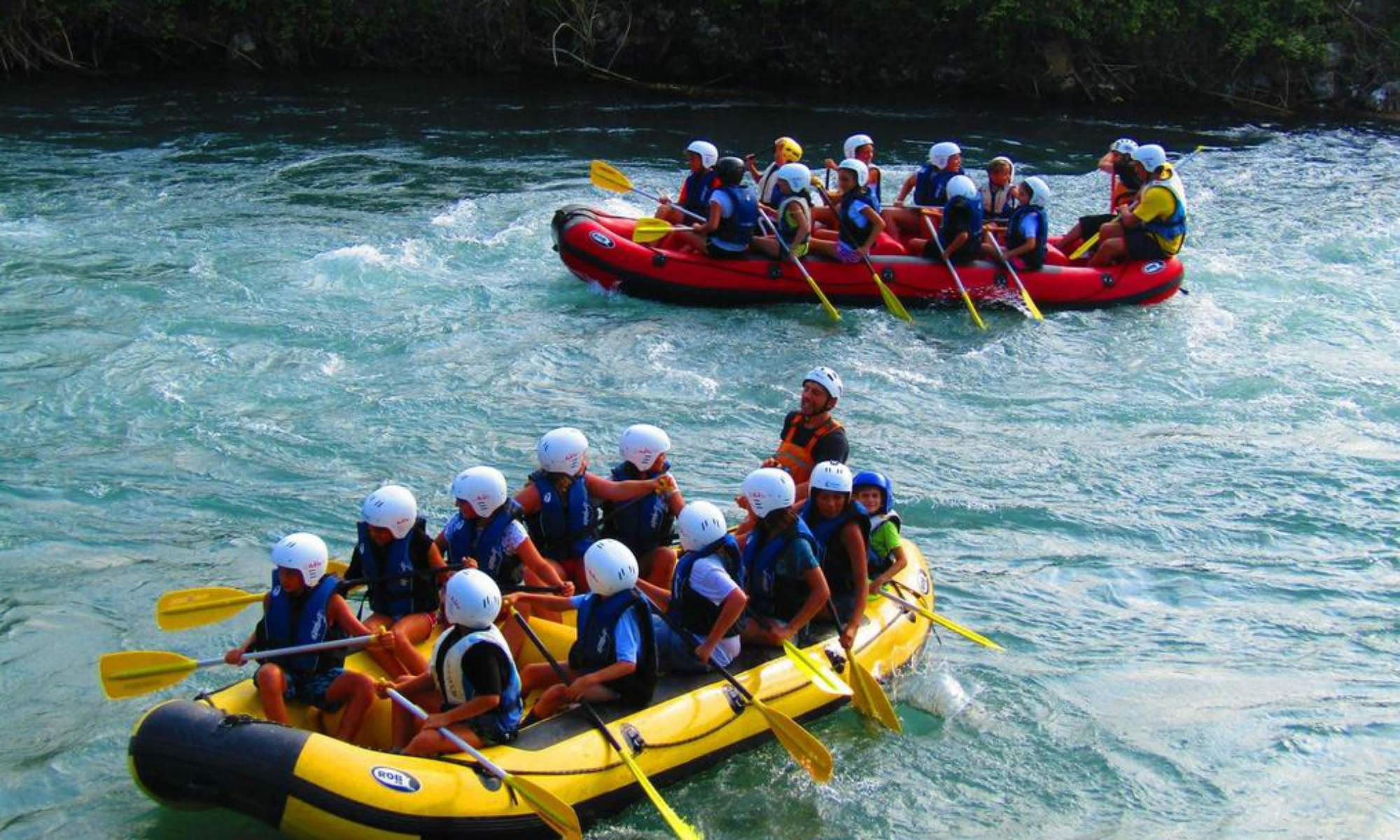 2 Gruppen befahren mit Rafting Booten den Fluss Gari in Italien.