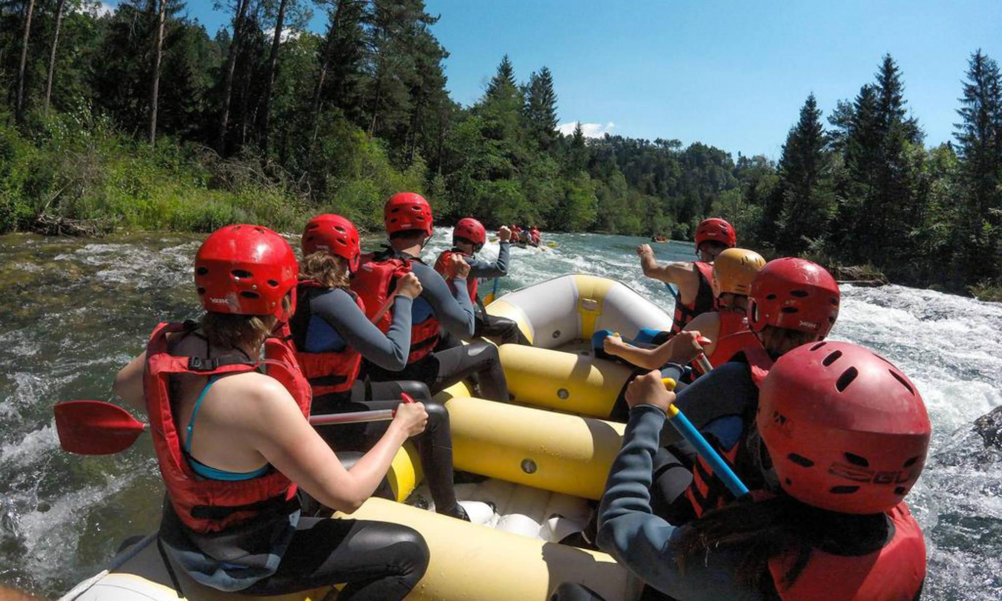 Eine Gruppe fährt bei einer Rafting Tour auf der Sava in Slowenien.