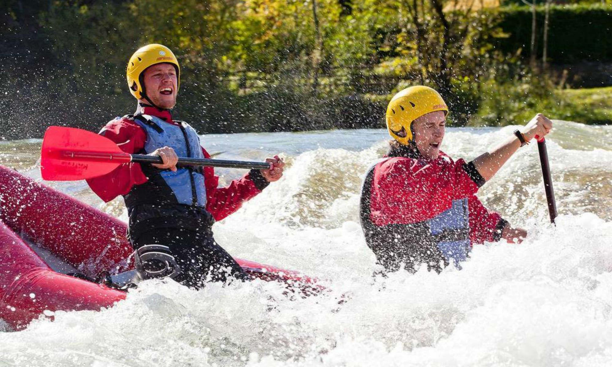 2 Personen beim Rafting in Deutschland auf der Isar.