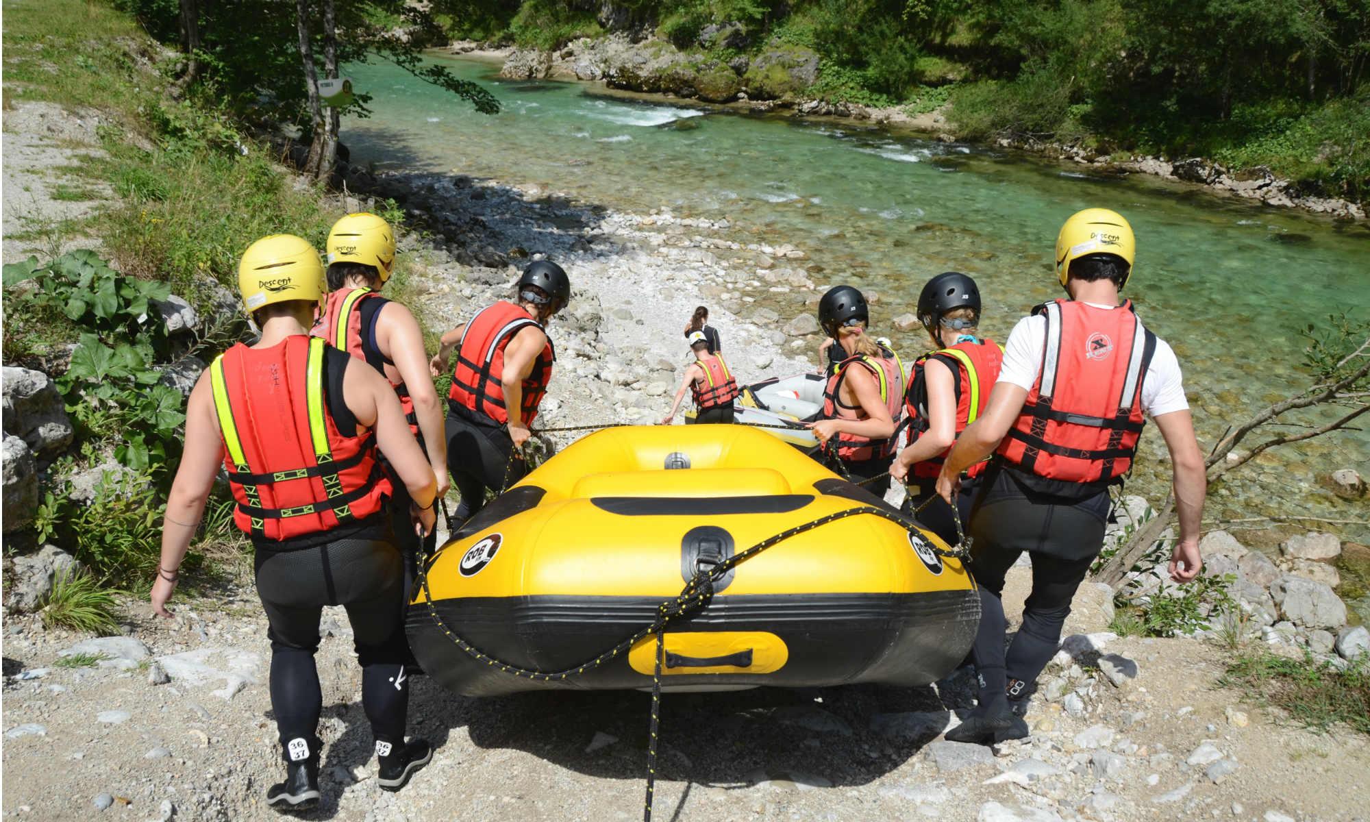 Un gruppo porta il raft vicino alla riva.