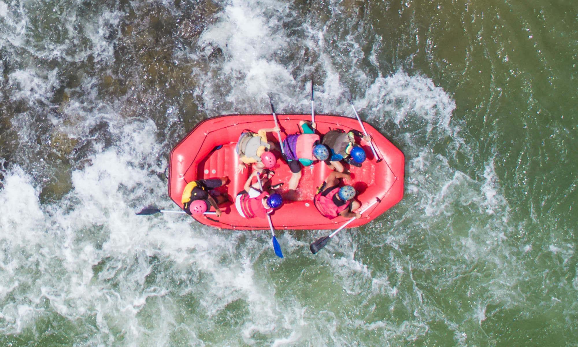 Sei persone viste dall'alto fanno rafting.