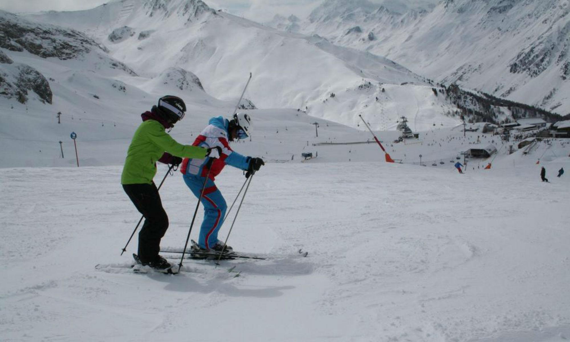 Ein Skilehrer erklärt seinem Schützling die richtige Technik auf einer der Pisten in Ischgl.