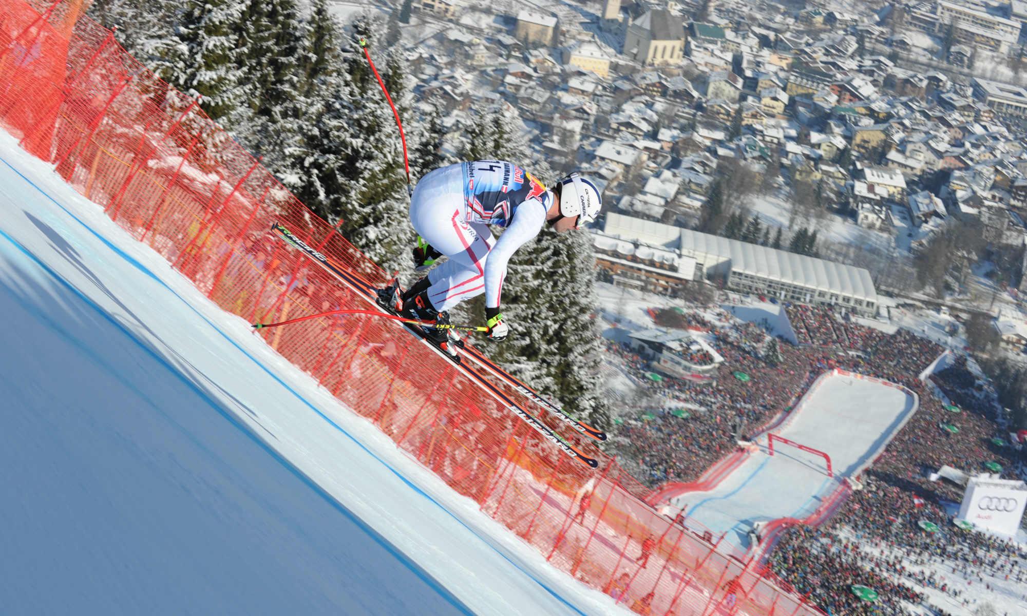 Ein professioneller Skifahrer auf dem Steilhang der Streif.