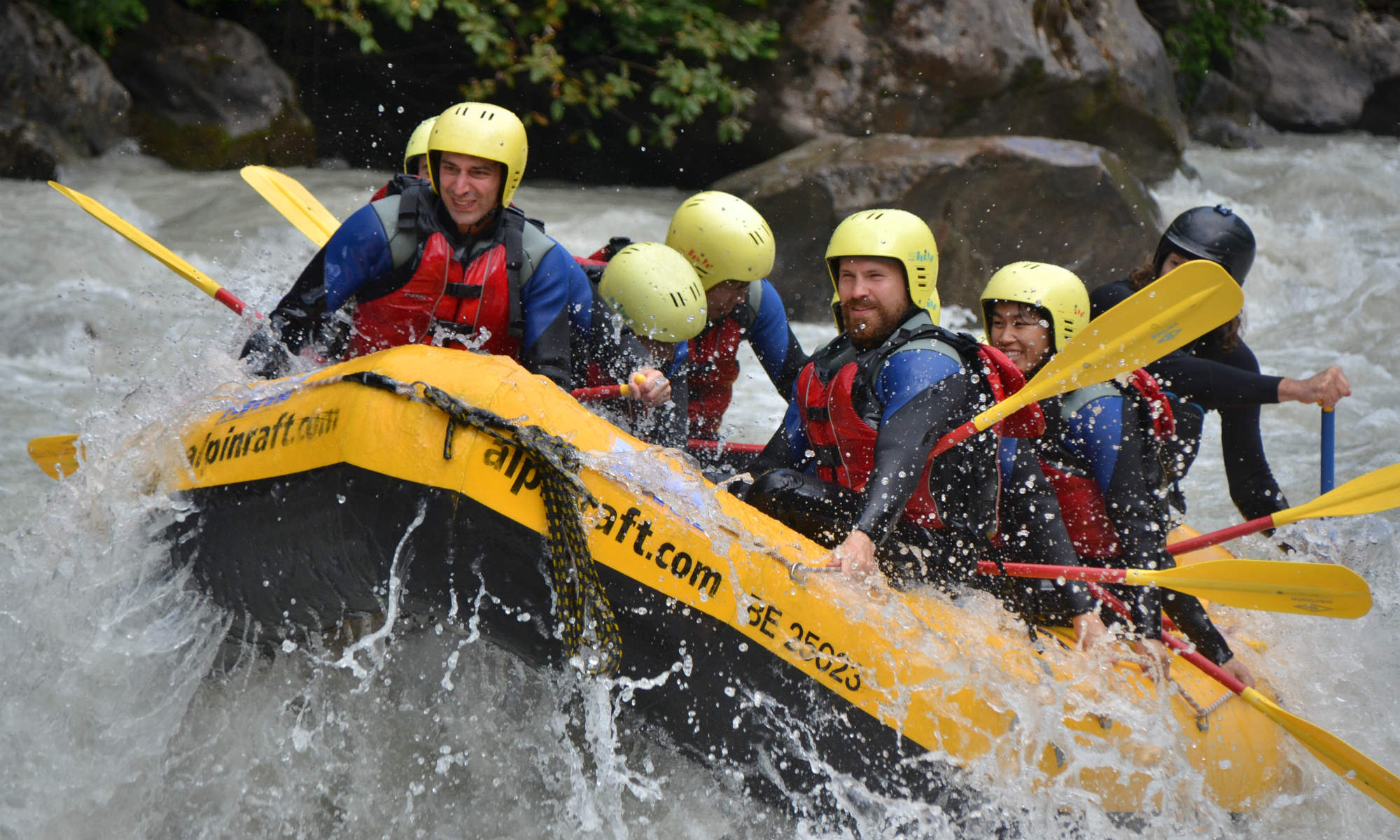 Eine Gruppe beim Wildwasser Rafting in Interlaken.