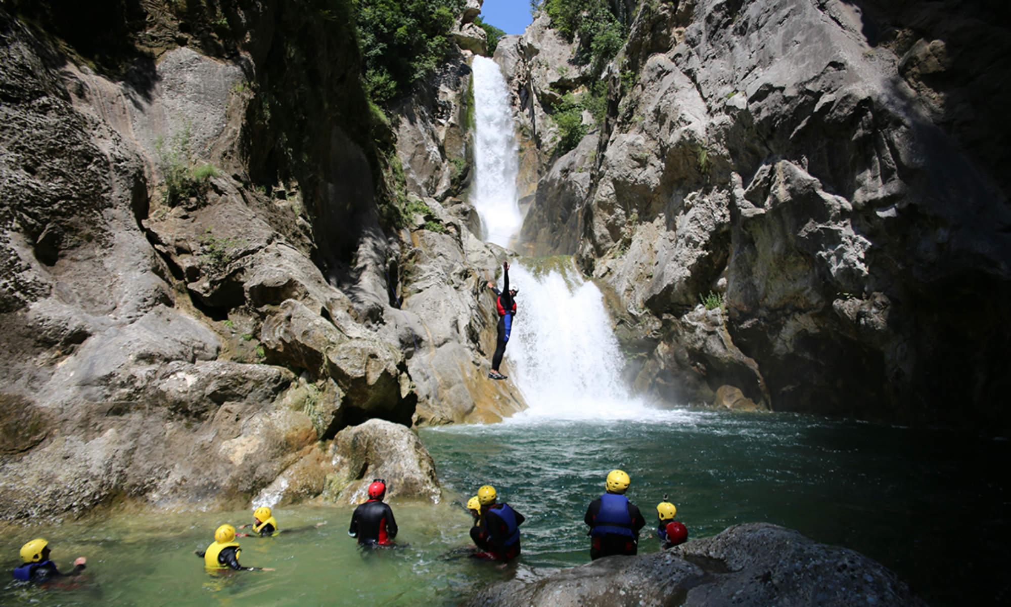 Un canyoniste saute dans la rivière Cetina sous les yeux de plusieurs canyonistes.