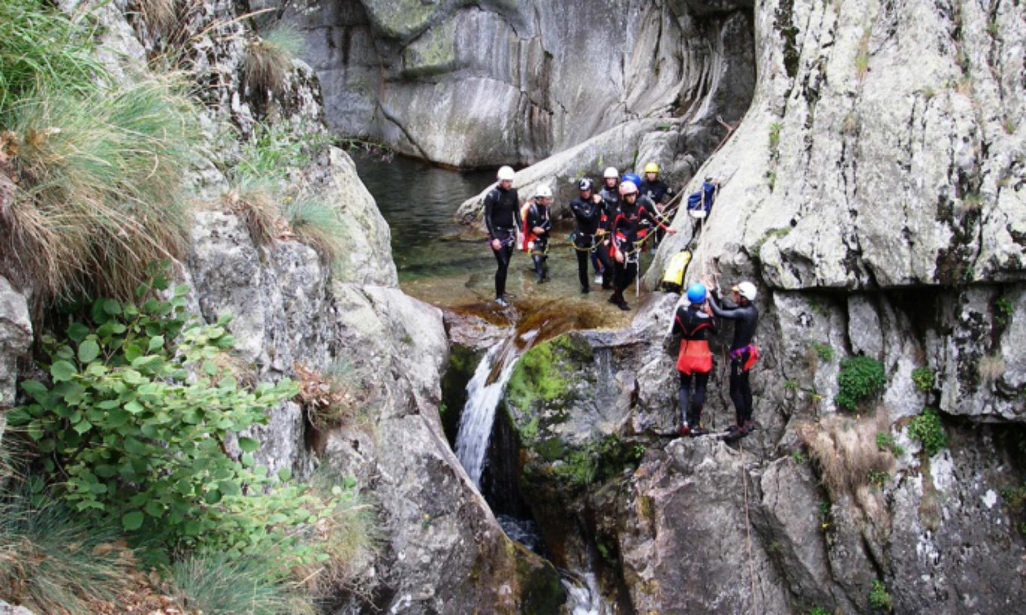 Un groupe de canyonistes s'apprête à descendre en rappel dans un canyon en Ardèche.
