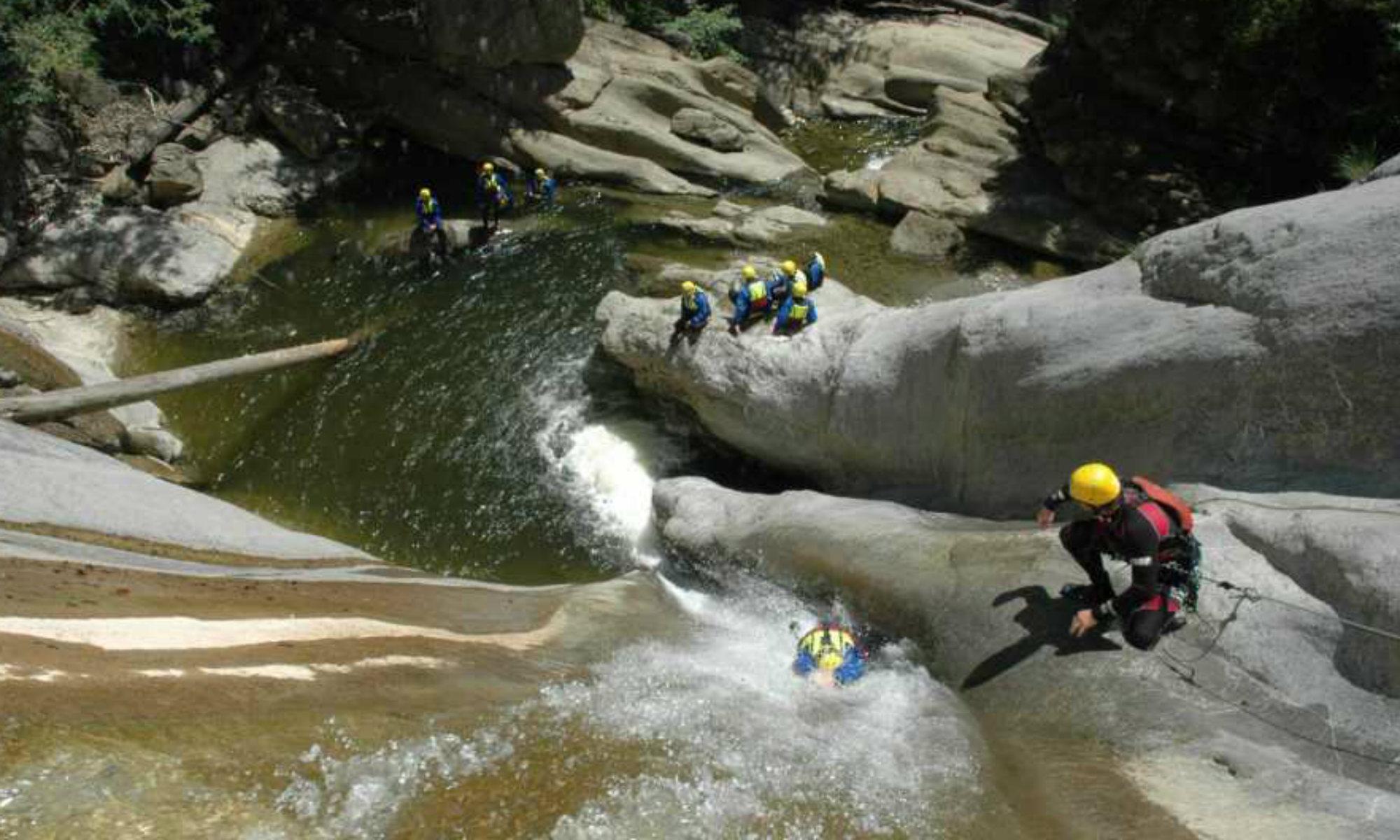 Un groupe de canyonistes dans le canyon de Chli Schliere en Suisse.