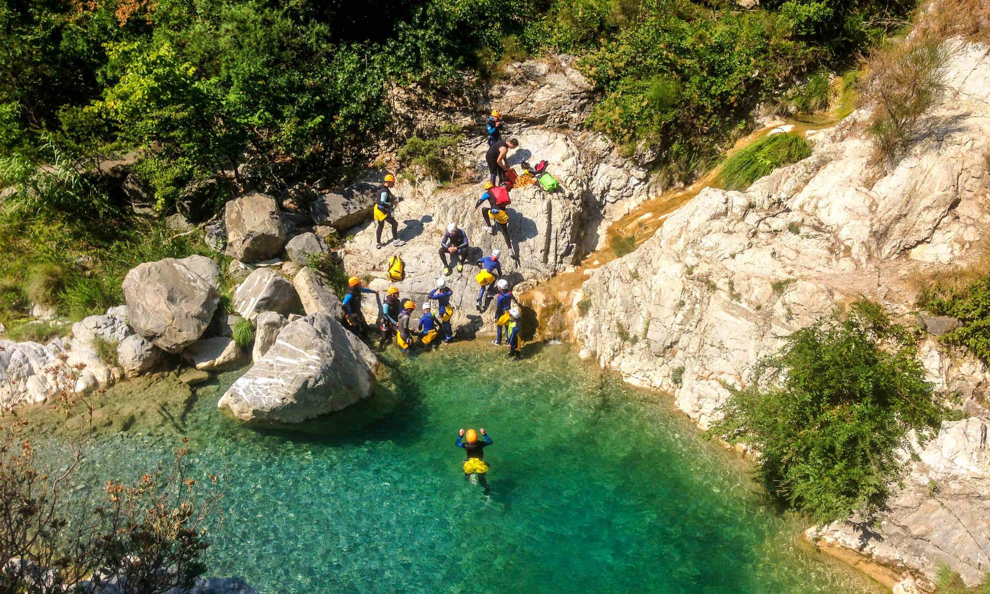 Eine Gruppe von Personen beim Canyoning in Italien.