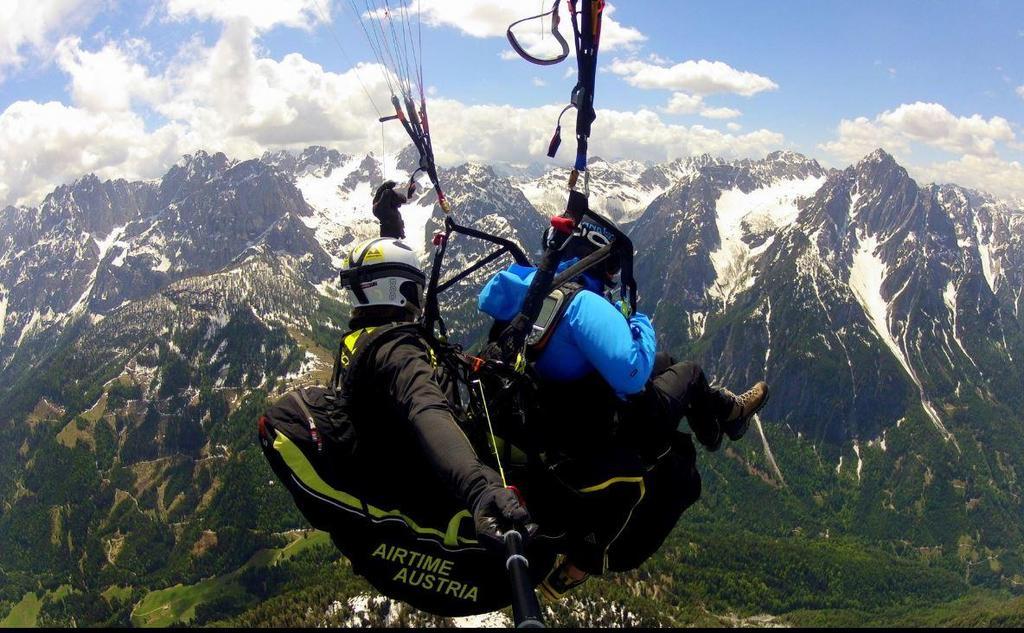 Ein Tandemflug mit den Lienzer Dolomiten im Hintergrund.