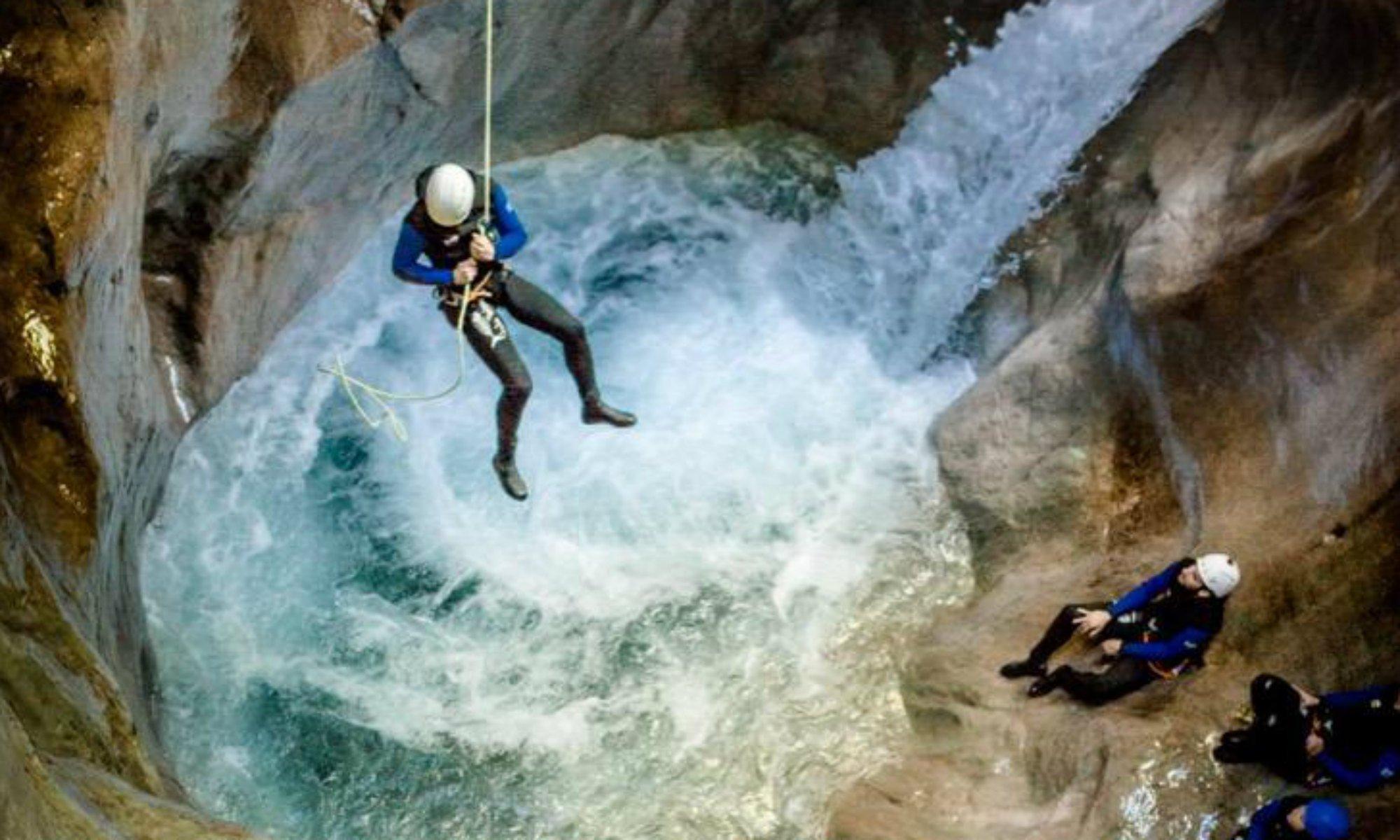 Ein Tour Teilnehmer seilt sich beim Canyoning in Salzburg ab