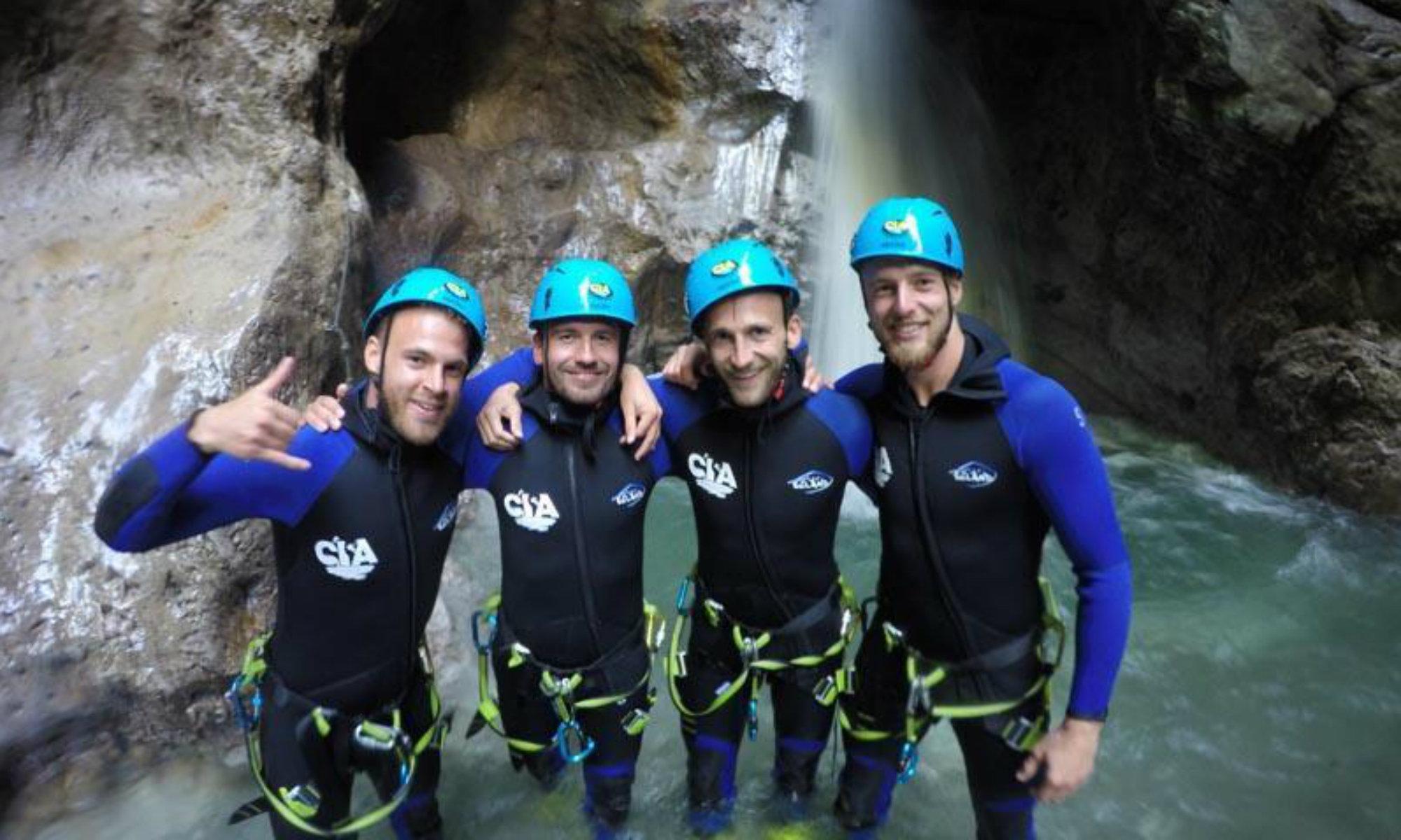 Eine Freundesgruppe beim Canyoning in Tirol in einem Wasserbecken.