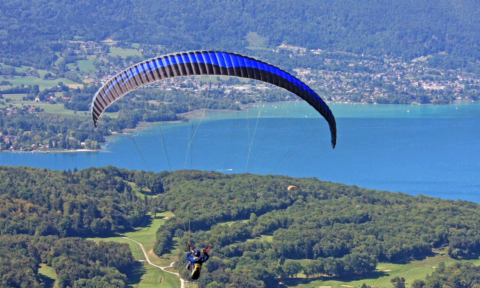 n parapendio sta volando in direzione del Lago di Annecy.