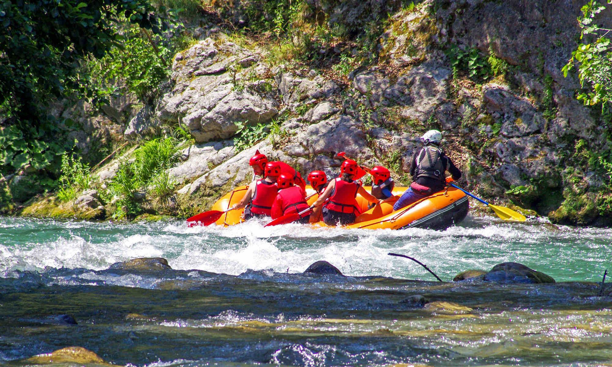 Un gruppo sta facendo una discesa di rafting sul fiume Lao.