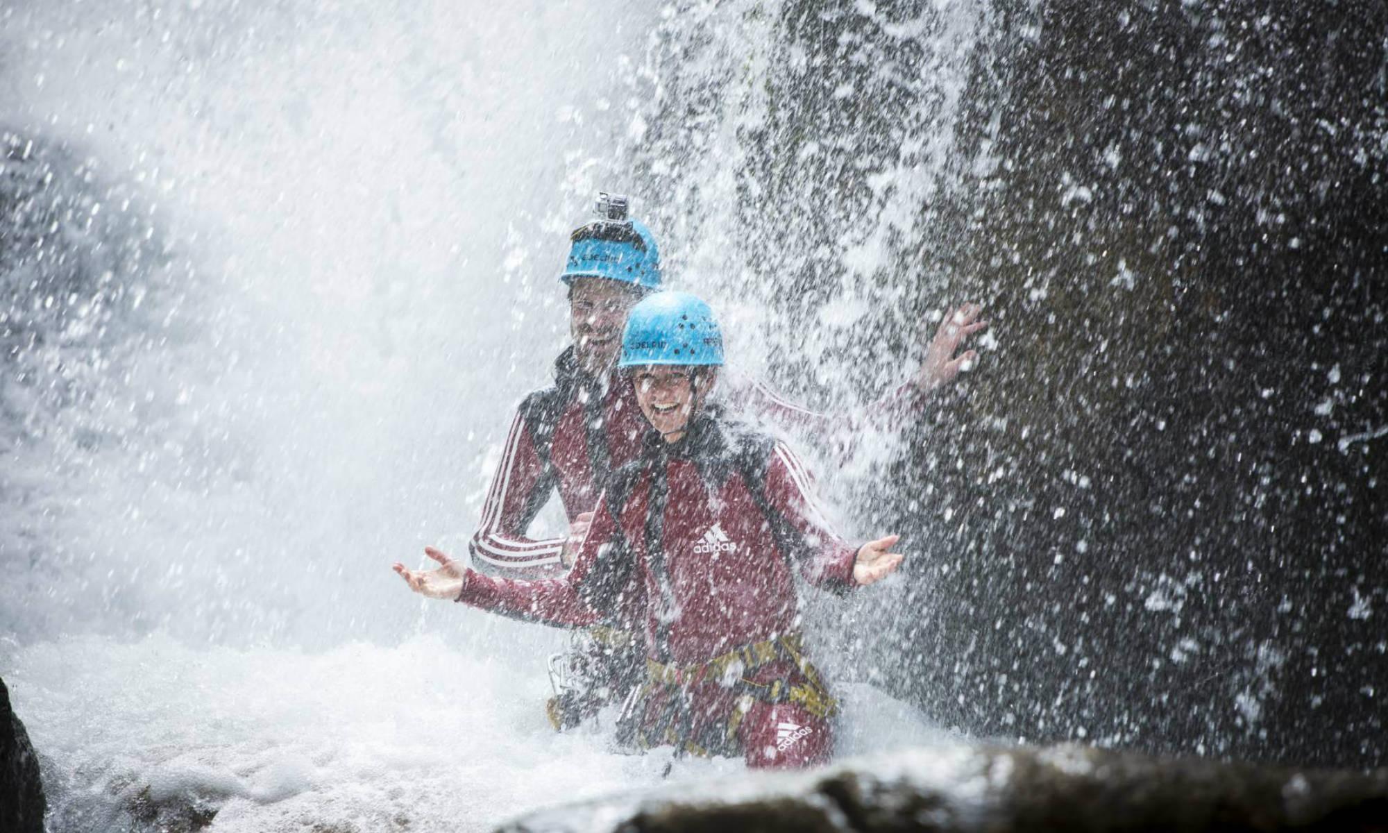 Zwei Personen in einer Schlucht beim Canyoning im Ötztal.