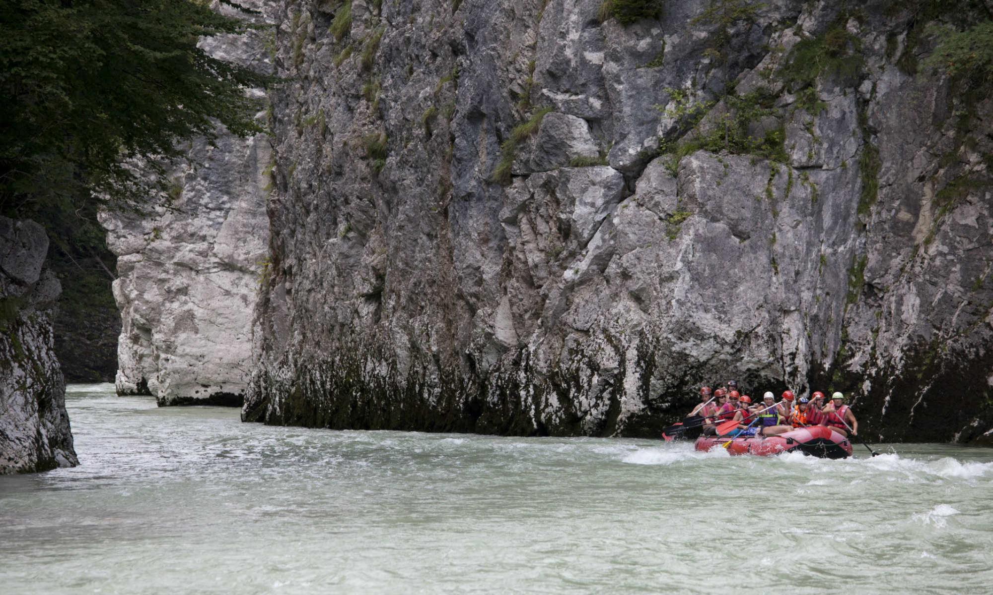 Eine Rafting Tour durch eine Schlucht im Tiroler Kaiserwinkl.