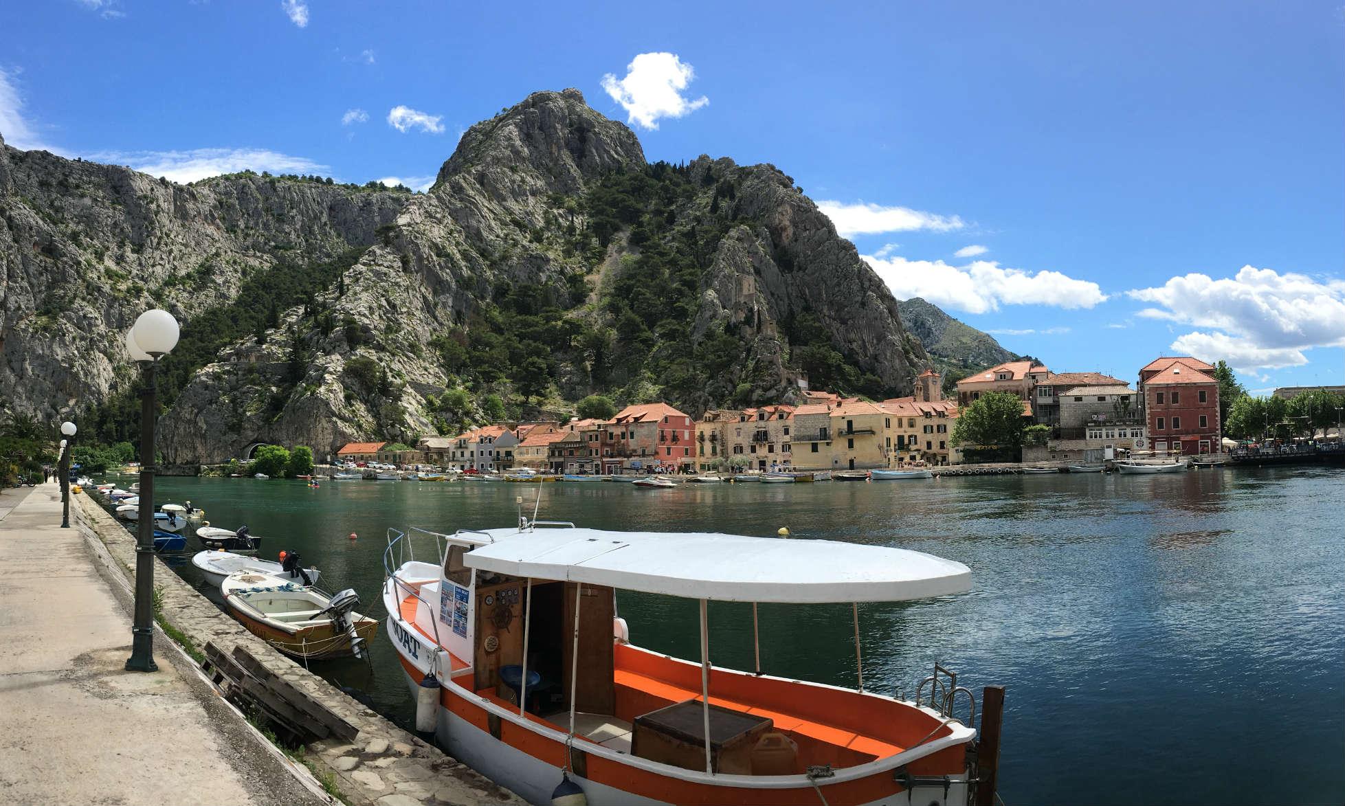 Blick auf den Hafen der Stadt Omiš mit dem Mosor Gebirge im Hintergrund.