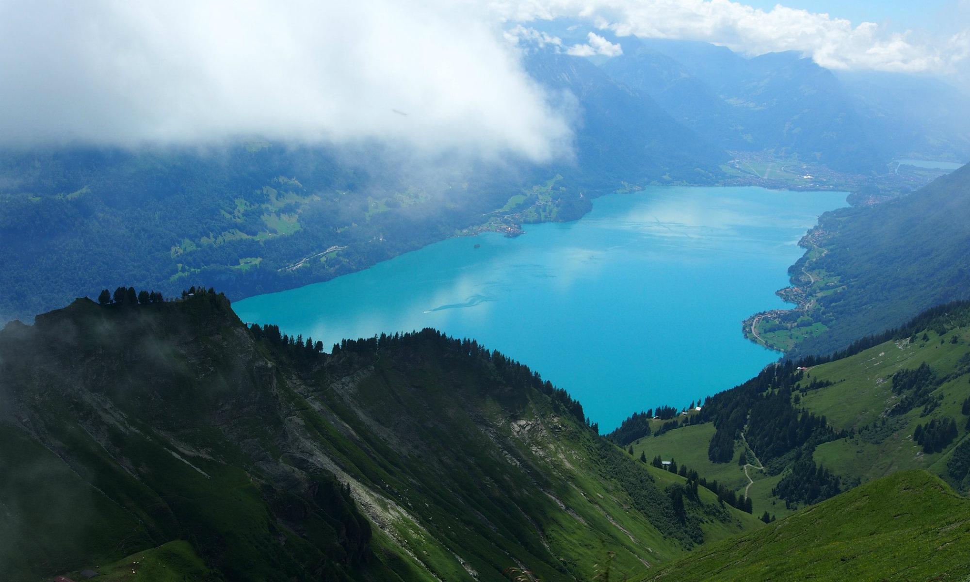 Der Thunersee nahe Interlaken aus der Vogelperspektive.