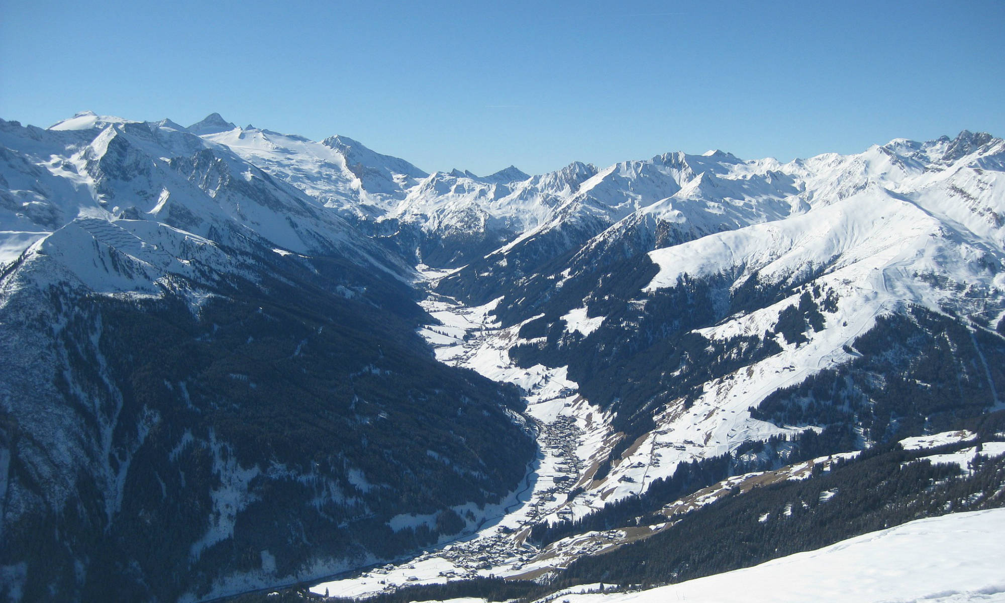 Das Panorama des winterlichen Zillertals aus der Vogelperspektive beim Paragliding in Mayrhofen.